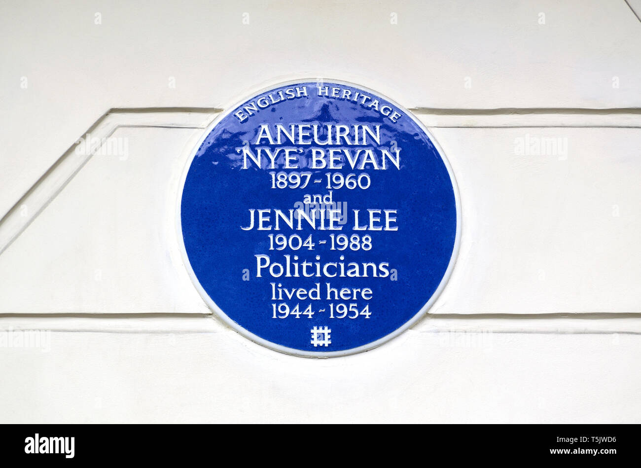 London, England, UK. Commemorative Blue Plaque: Aneurin 'Nye' Bevan and Jennie Lee (respectively founders of the NHS and the Open University) lived .... - Stock Image