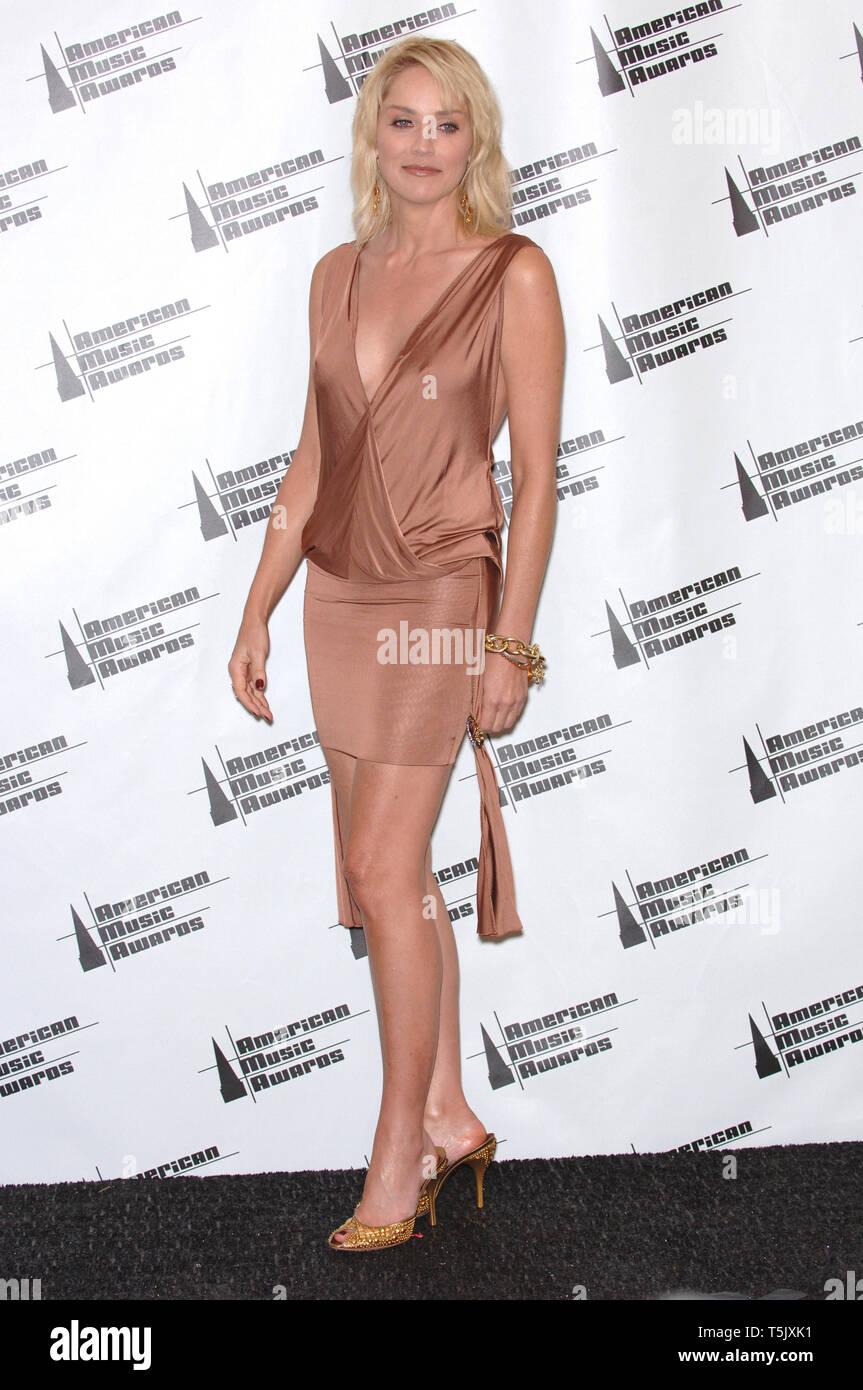 Jennifer Finnigan Feet bronze mini skirt stock photos & bronze mini skirt stock