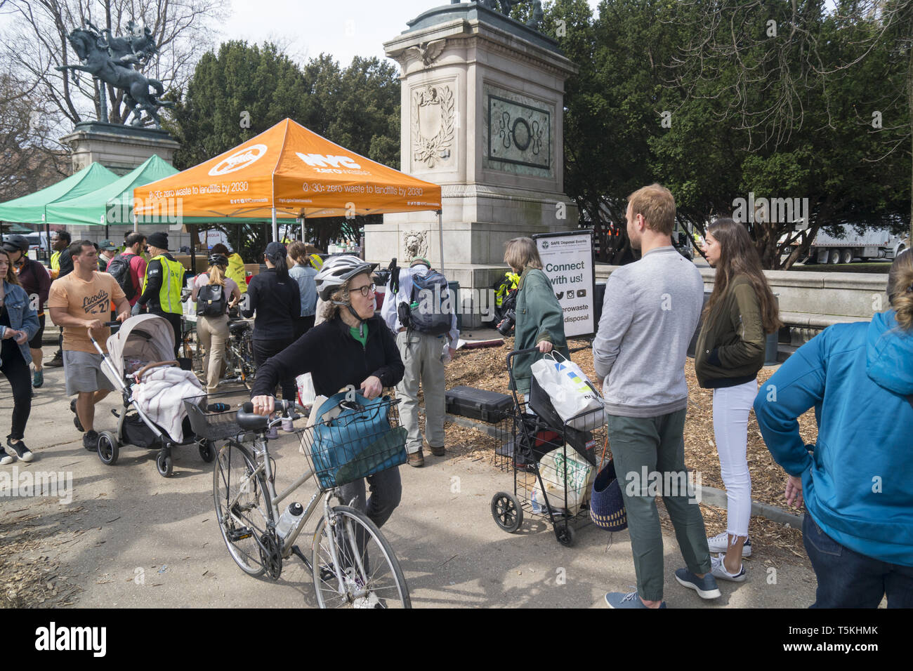Environmentally conscious New Yorkers drop off old electronics, medicines and hazardous household chemical wastes including paint at the 'Zero Waste To Landfills Project' sponsored by the City of New York. Prospect Park drop-off location in Brooklyn, New York. - Stock Image