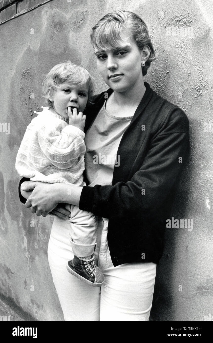 Young mother with toddler, UK 1989 - Stock Image