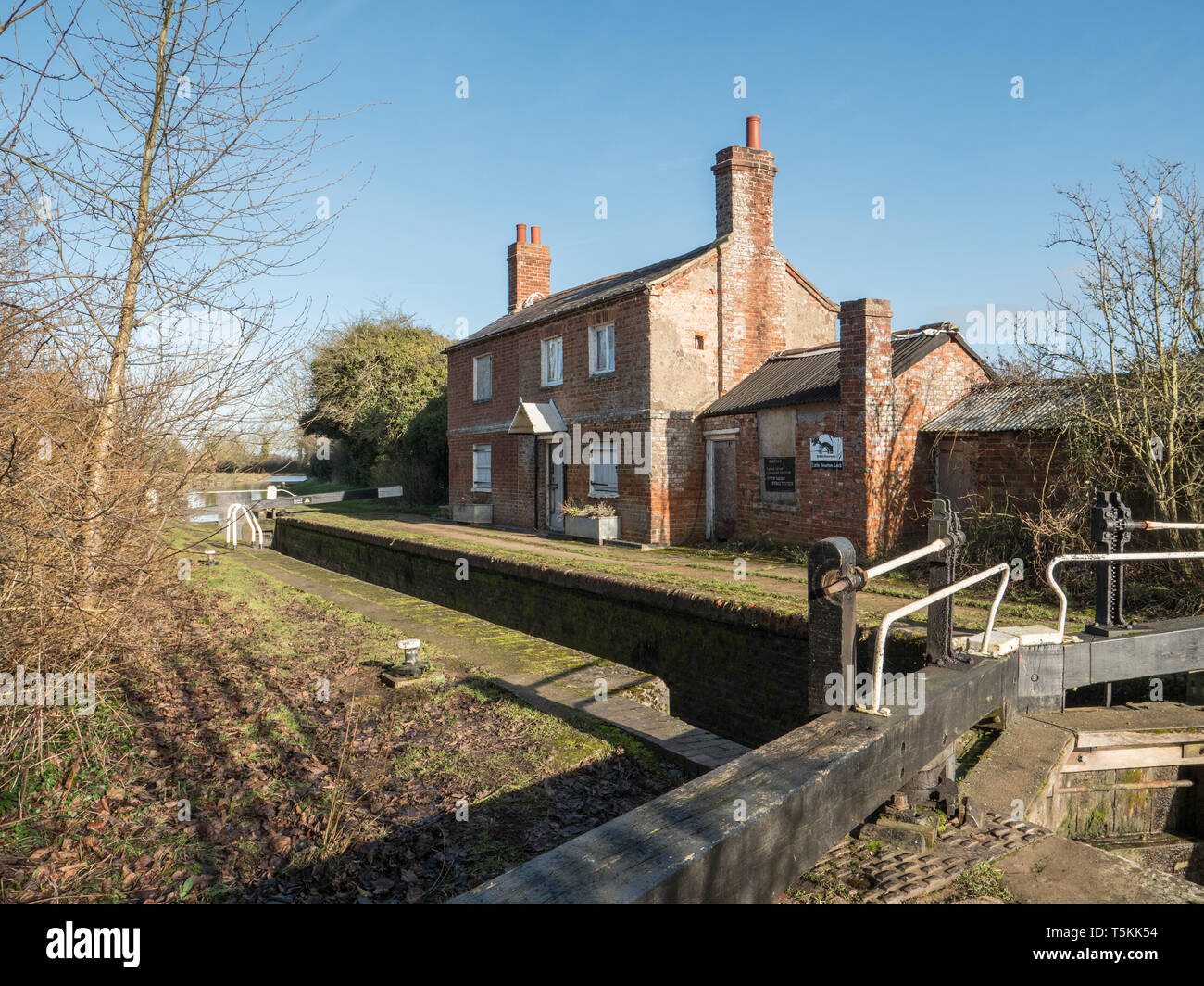 Vacant Lock Keepers Cottage on the Oxford Canal near Little Bourton near Banbury Oxfordshire, England. UK. Stock Photo