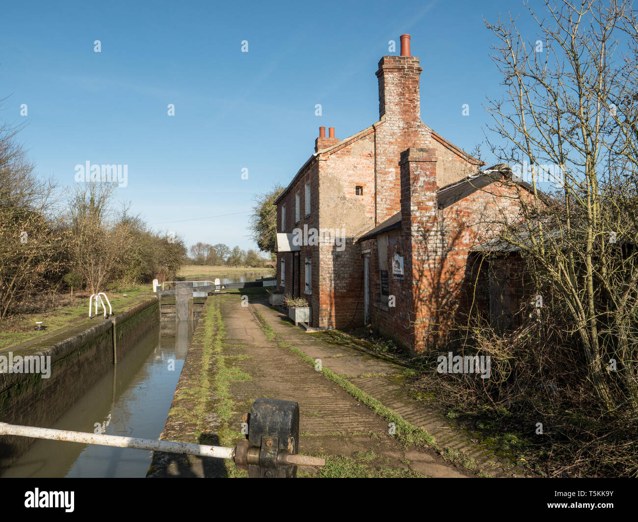Vacant Lock Keepers Cottage on the Oxford Canal near Little Bourton near Banbury Oxfordshire, England. UK. - Stock Image