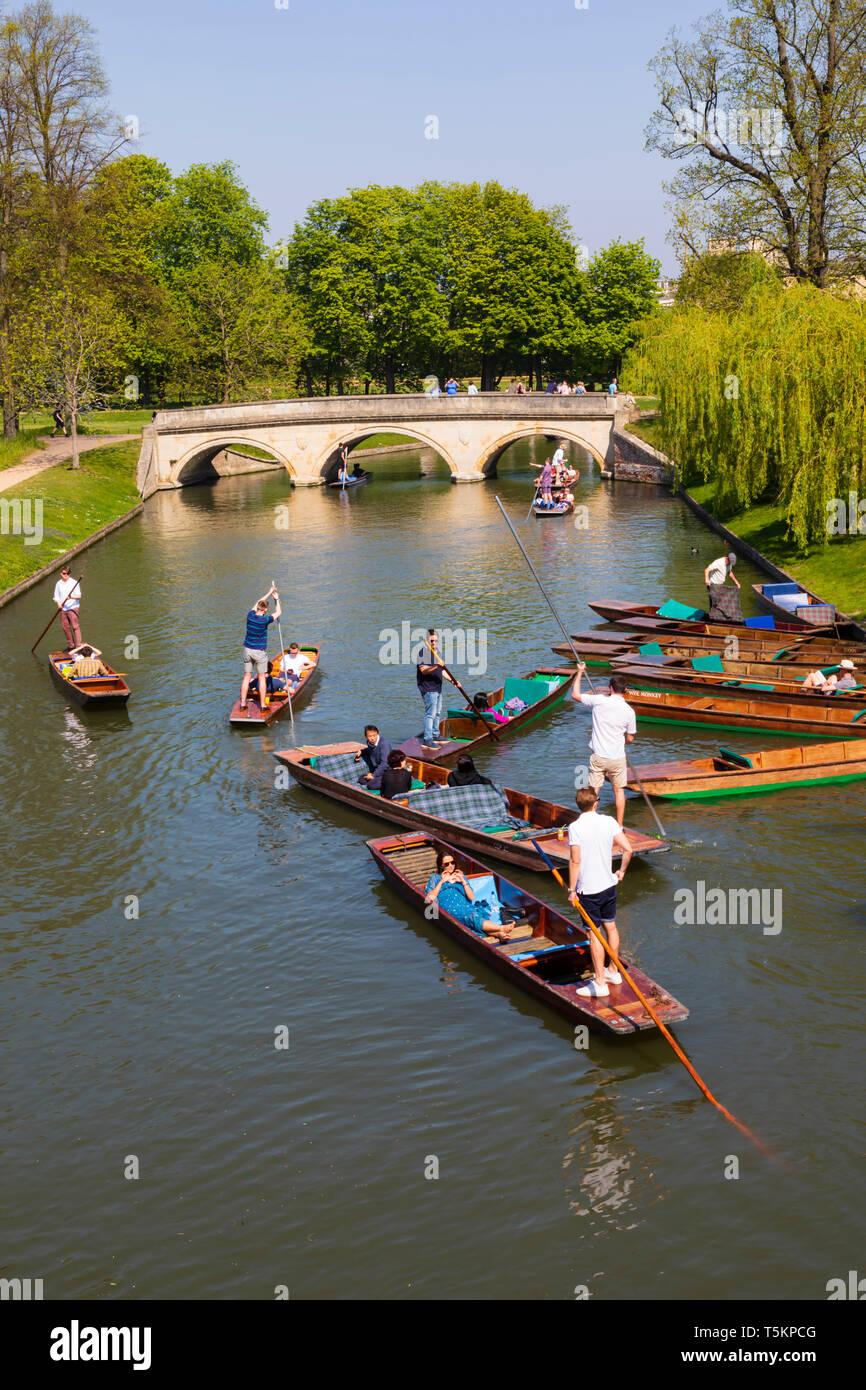 Punters on the River Cam near the Kings College Bridge, University town of Cambridge, Cambridgeshire, England - Stock Image