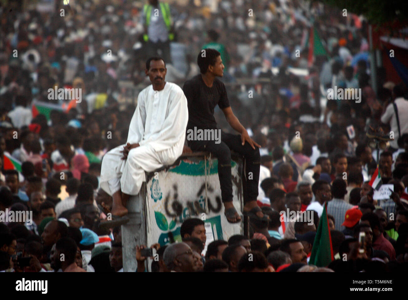 Beijing, Sudan. 25th Apr, 2019. Sudanese protest outside the army's headquarters in Khartoum, Sudan, April 25, 2019. Credit: Mohamed Khidir/Xinhua/Alamy Live News - Stock Image