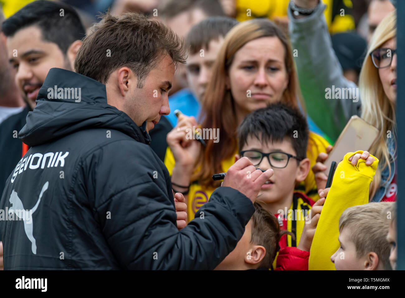 Fußball: 1. Bundesliga, Saison 2018/2019, Training von Borussia Dortmund am 25.04.2019 in Dortmund.   Dortmunds Mario Götze / Goetze gibt Autogramme - Stock Image