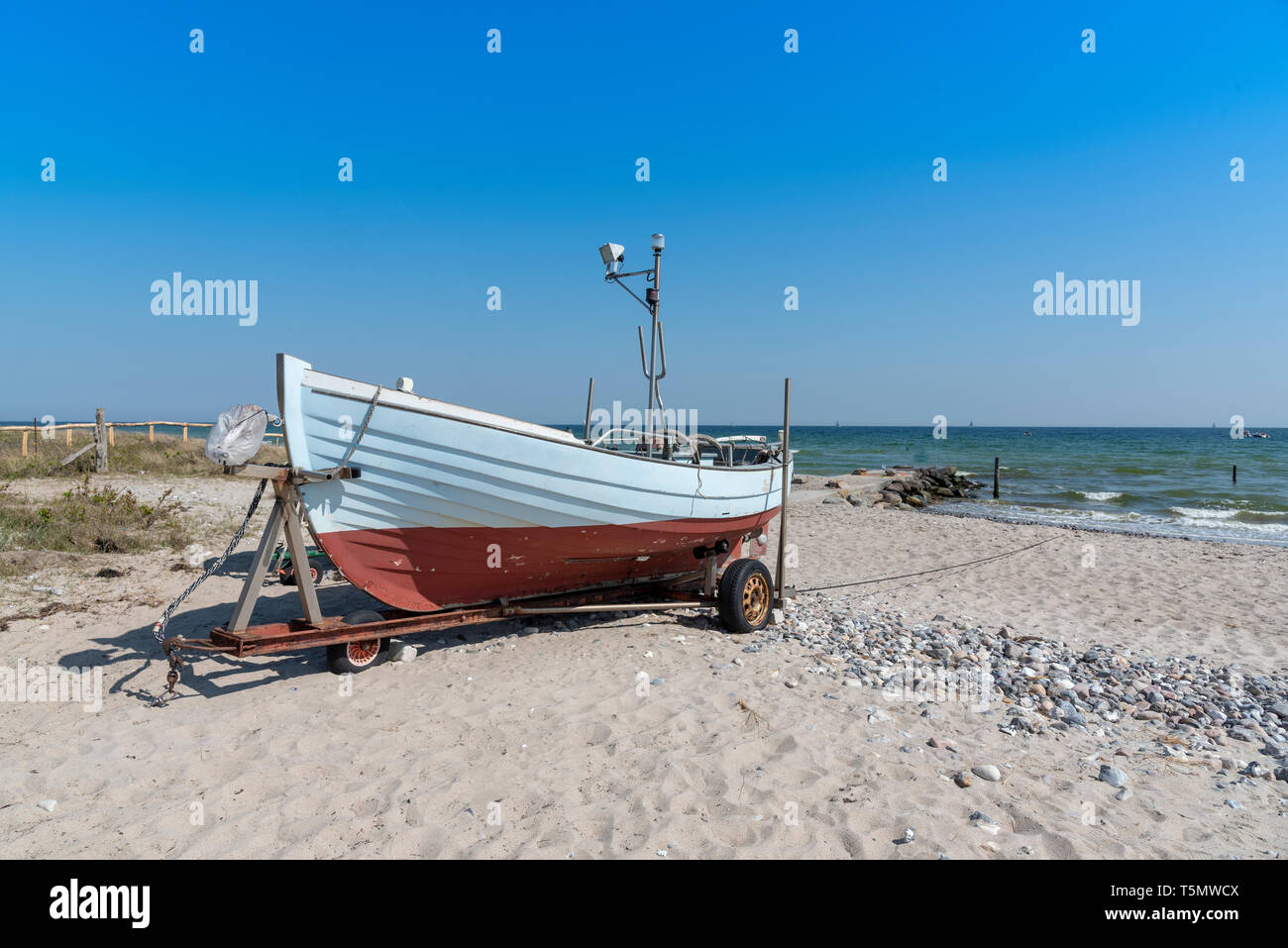 Fischerboot am Strand bei Damp in Schleswig-Holstein, Deutschland Stock Photo