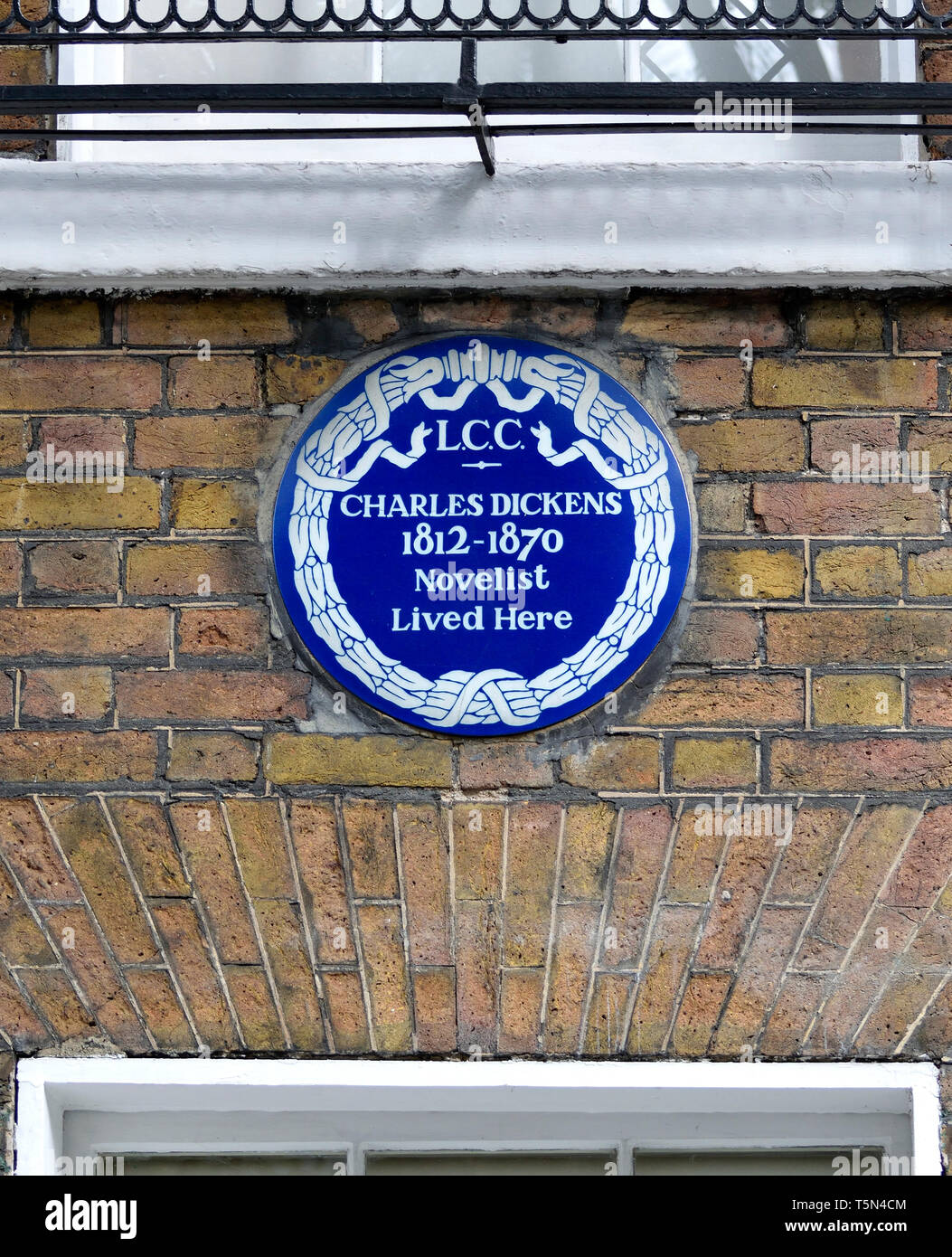 London, England, UK. Commemorative Blue Plaque: Charles Dickens 1812-1870 novelist lived here. 48 Doughty Street, Camden, WC1 - Stock Image
