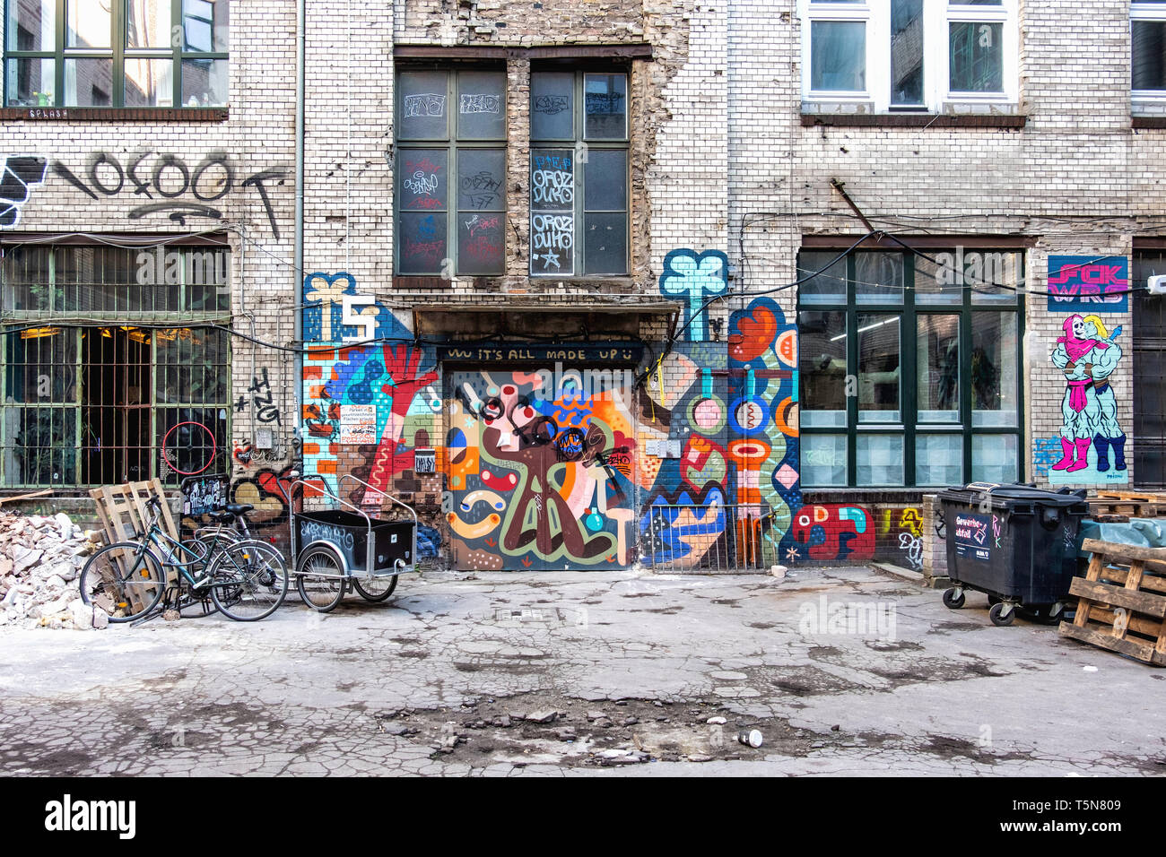 Wedding, Berlin. Inner courtyard of dilapidated old industrial building next to Panke river at Gerichtstrasse 23. Residential & business use. - Stock Image
