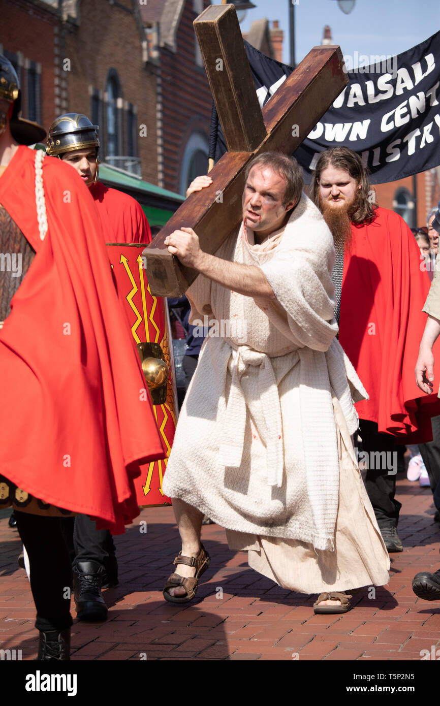 The Walsall Town Centre Ministry re-enact Jesus carrying the cross on Good Friday. - Stock Image