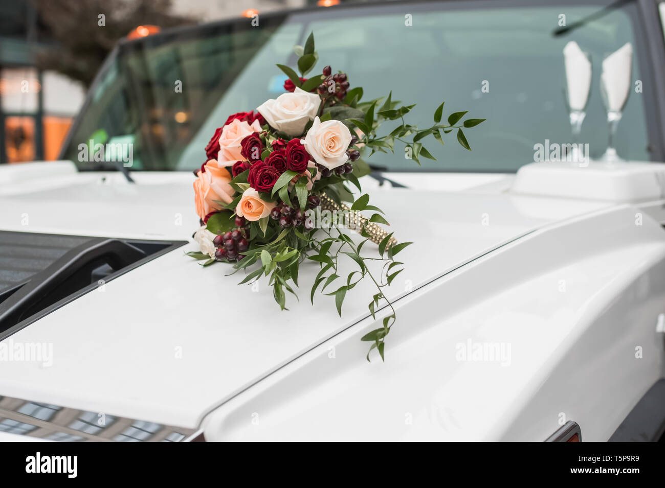 CREATIVE WEDDING IDEAS WITH AMAZING FLORAL DESIGNS, PERFECTLY DECORATED AND BEAMING WITH BEAUTIFUL MULTI-COLORS TO MAKE YOUR SPECIAL DAY WONDERFUL. - Stock Image