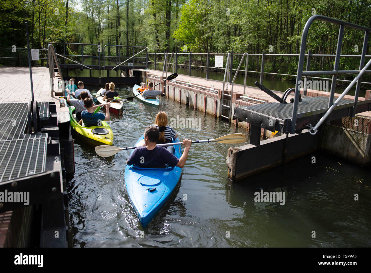 Leipe, Germany. 26th Apr, 2019. Tourists wait in canoes on the main spree in front of a lock. (to dpa 'Lusatia: Successful season opener with many tourists') Credit: Lisa Ducret/dpa/Alamy Live News - Stock Image