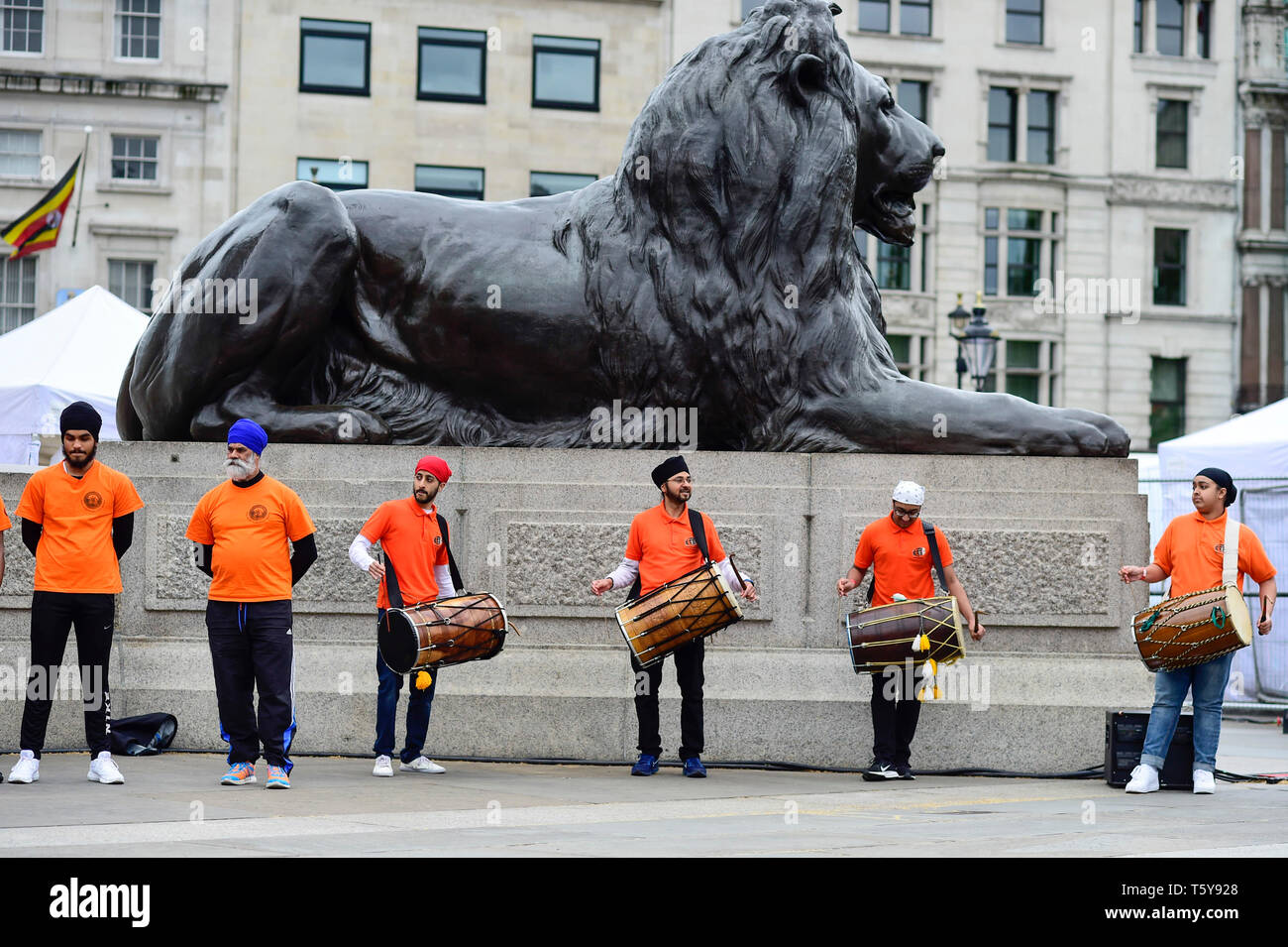 London, UK.  27 April 2019.  Drummers provide musical accompaniment to a performance of Gatka, Sikh martial arts, during the festival of Vaisakhi in Trafalgar Square, hosted by the Mayor of London.  For Sikhs and Punjabis, the festival celebrates the spring harvest and commemorates the founding of the Khalsa community over 300 years ago.   Credit: Stephen Chung / Alamy Live News - Stock Image