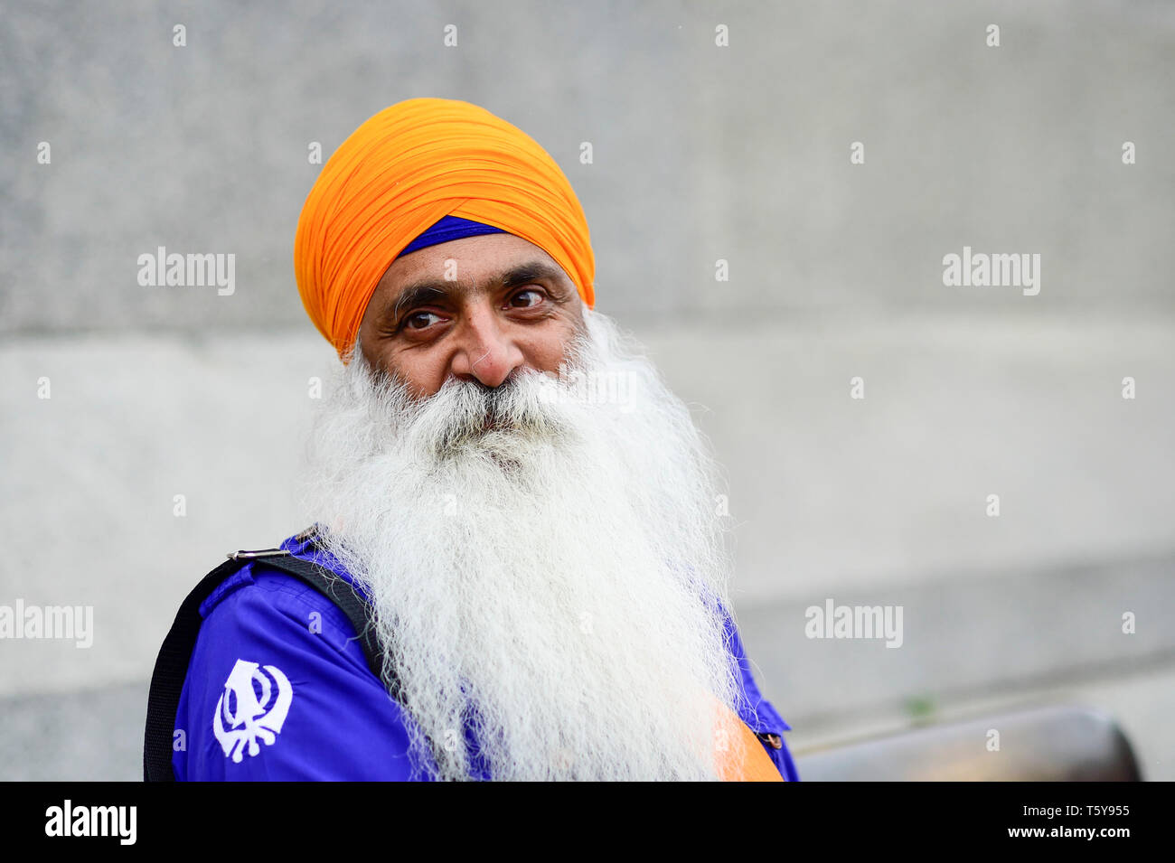 London, UK.  27 April 2019.  A visitor to the festival of Vaisakhi in Trafalgar Square, hosted by the Mayor of London.  For Sikhs and Punjabis, the festival celebrates the spring harvest and commemorates the founding of the Khalsa community over 300 years ago.  Credit: Stephen Chung / Alamy Live News - Stock Image
