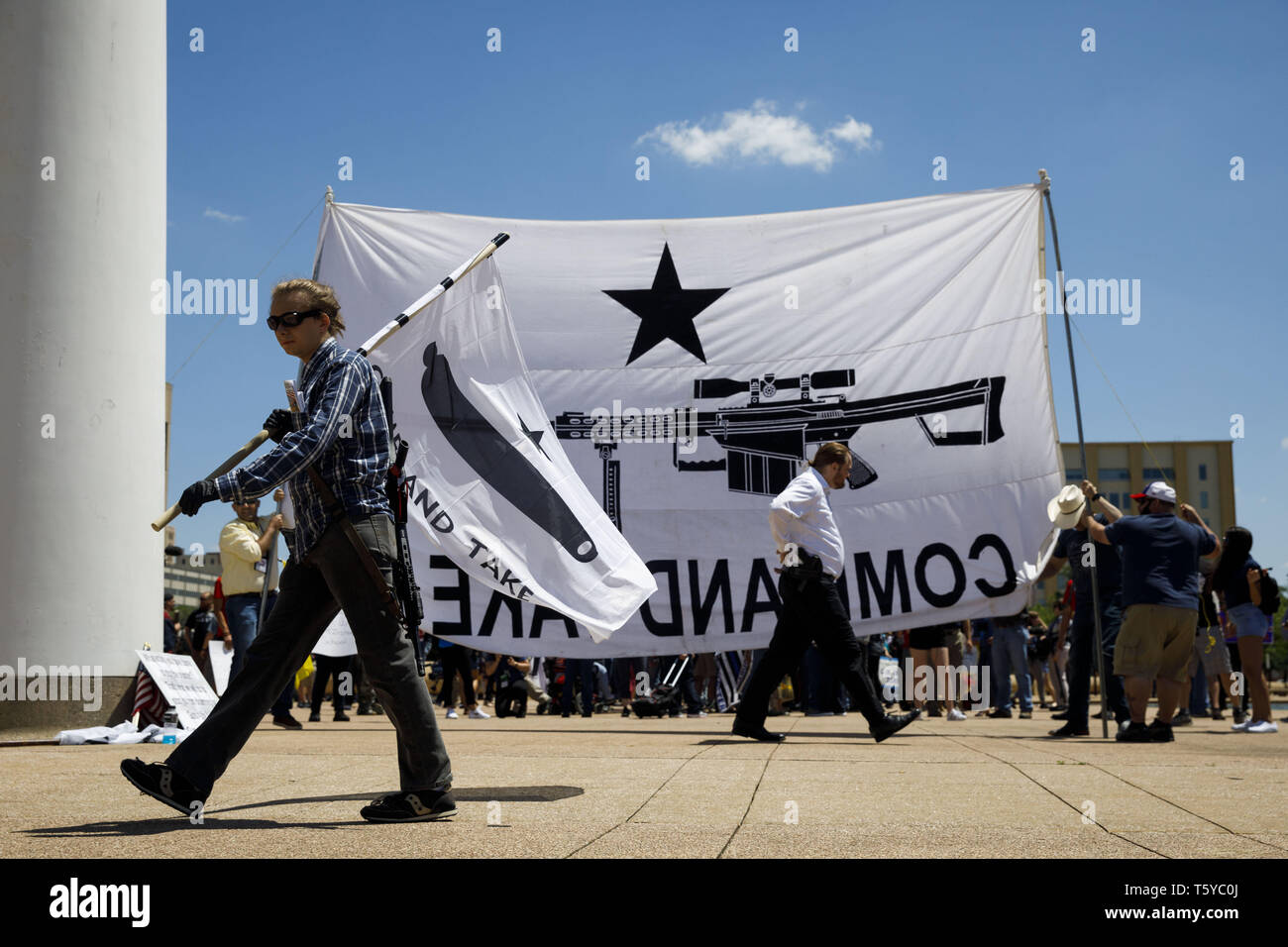 Dallas, Texas, USA. 5th May, 2018. Thomas Bartram, 20, of Houston carries a PTR-91 rifle on his back and a ''Come And Take It'' Gonzales flag - during a protest organized by Open Carry Texas (OCT) on the sidelines of the National Rifle Association (NRA) annual meeting on Saturday, May 5, 2018 in Dallas, Texas. © 2018 Patrick T. Fallon Credit: Patrick Fallon/ZUMA Wire/Alamy Live News Stock Photo
