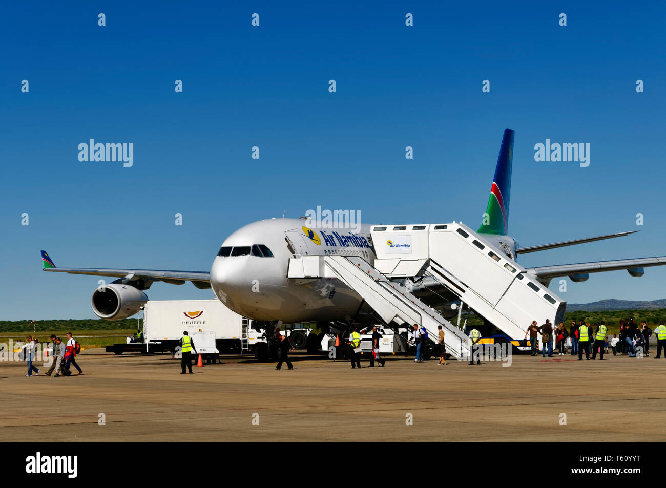 Hosea Kutako International Airport bei Windhoek: Passangers leaving the  Airbus A340 of Air Namibia Namibia - Stock Image