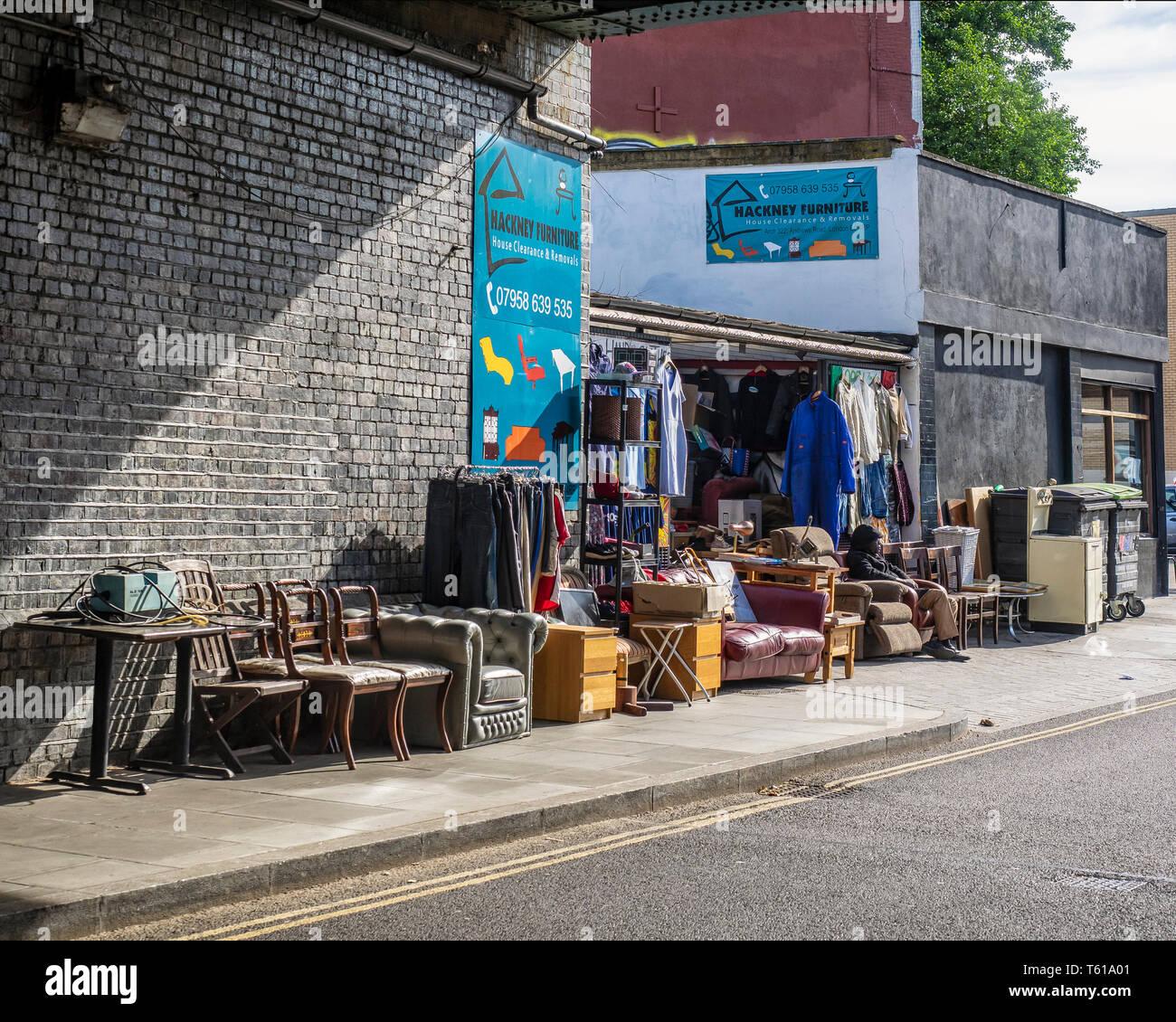 HYACKNEY, LONDON: 2nd Hand Furniture Shop - Stock Image