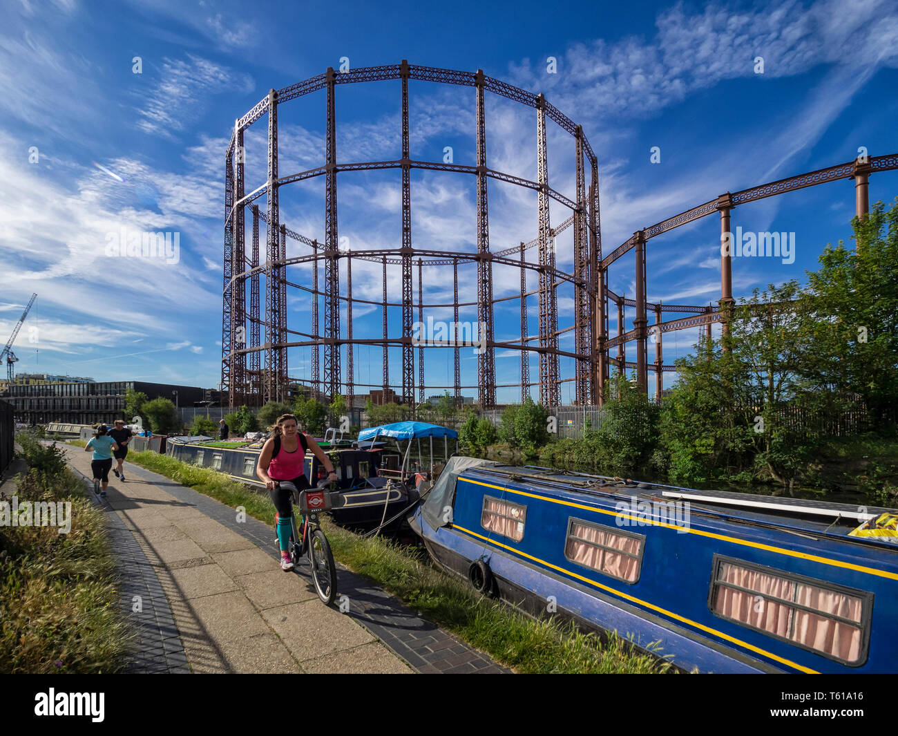 BETHNAL GREEN, LONDON:  View along the Regents Canal towpath toward the dis-used gas holders - Stock Image