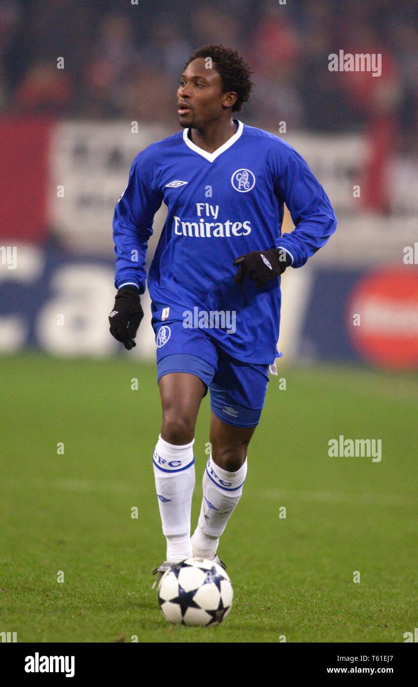 Schalke Arena Gelsenkirchen Germany, 9.12.2003, Football: UEFA Champions-League,  Besiktas Istanbul (b/w) vs Chelsea FC (blue) 0:2 --- Celestine Babayaro (Chelsea) - Stock Image