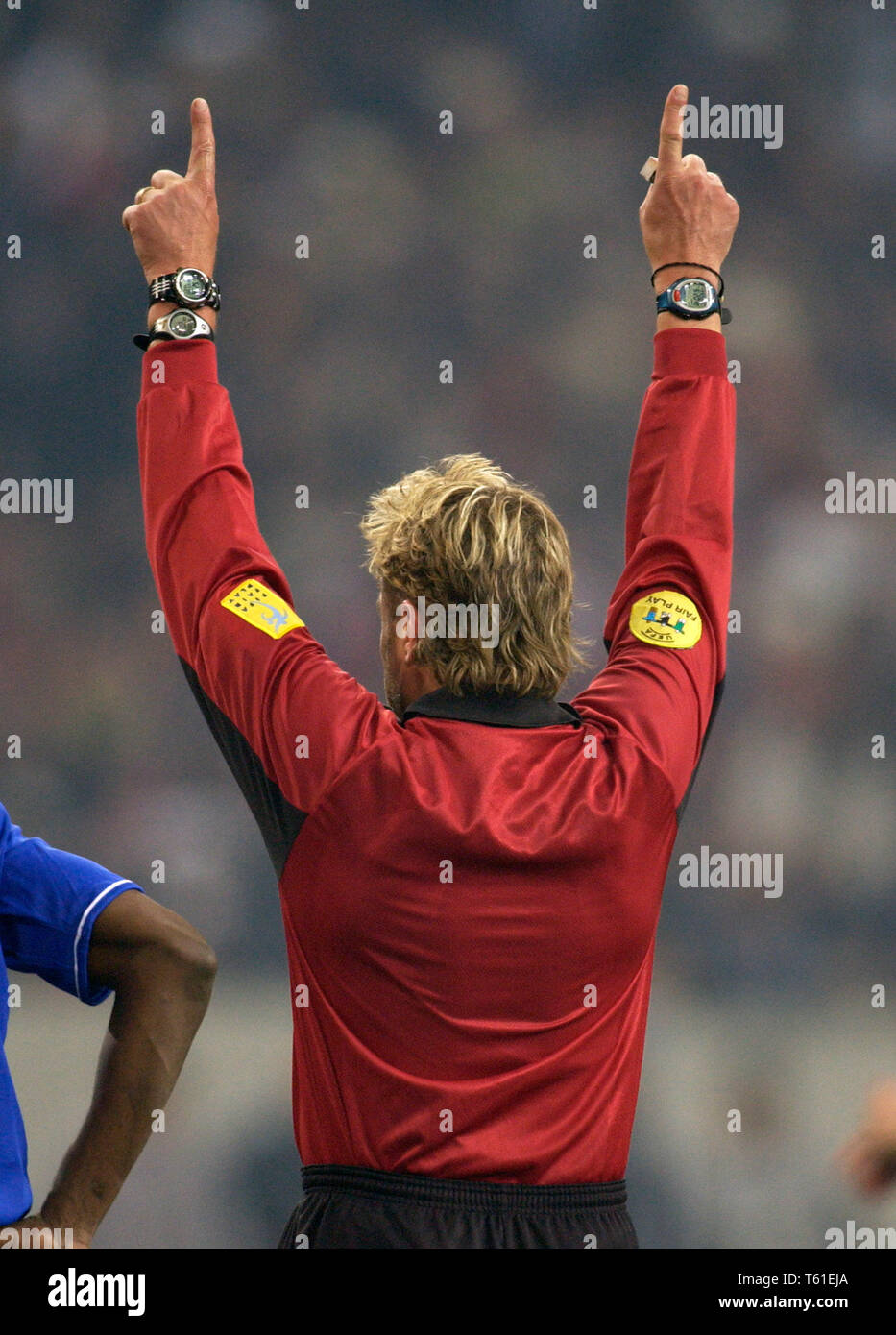 Schalke Arena Gelsenkirchen Germany, 9.12.2003, Football: UEFA Champions-League,  Besiktas Istanbul (b/w) vs Chelsea FC (blue) 0:2 --- referee Anders Frisk (SWE) wears three watches - Stock Image