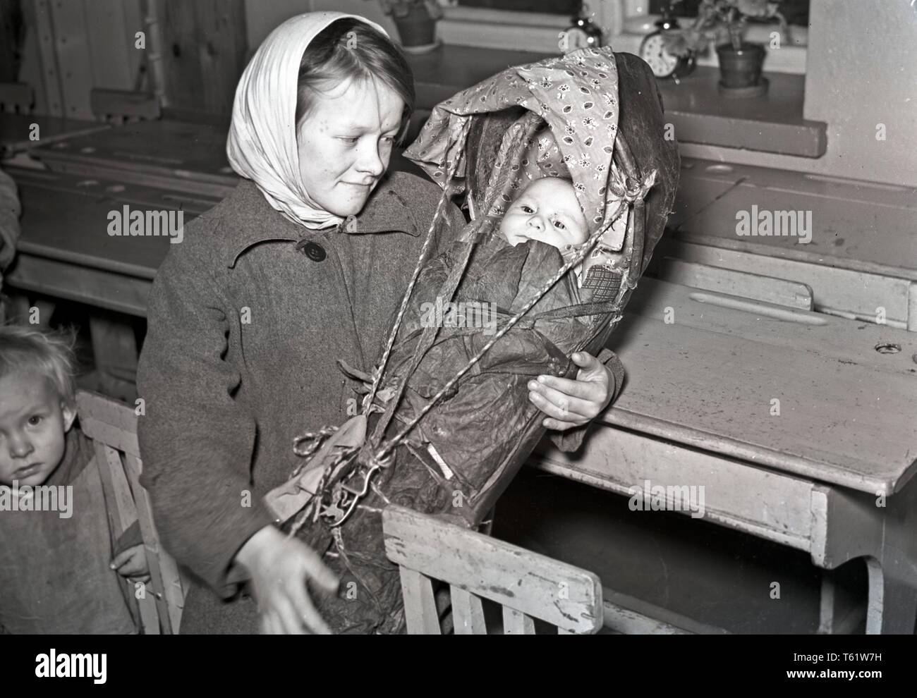 The Winter War. A military conflict between the Soviet union and Finland. It began with a Soviet invasion on november 1939 when Soviet infantery crossed the border on the Karelian Isthmus. A young mother and her baby waiting evacuated from the city.  January 1940. Photo Kristoffersson ref 98-12 - Stock Image