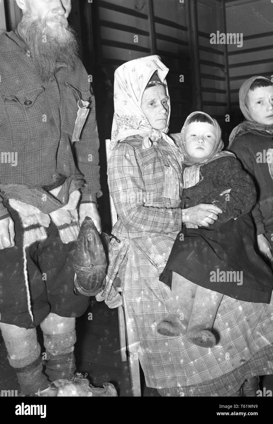 The Winter War. A military conflict between the Soviet union and Finland. It began with a Soviet invasion on november 1939 when Soviet infantery crossed the border on the Karelian Isthmus. Here local people with name tags around their necks ready to be evacuated on the Karelian Isthmus. December 1939. Photo Kristoffersson ref 98-14 - Stock Image