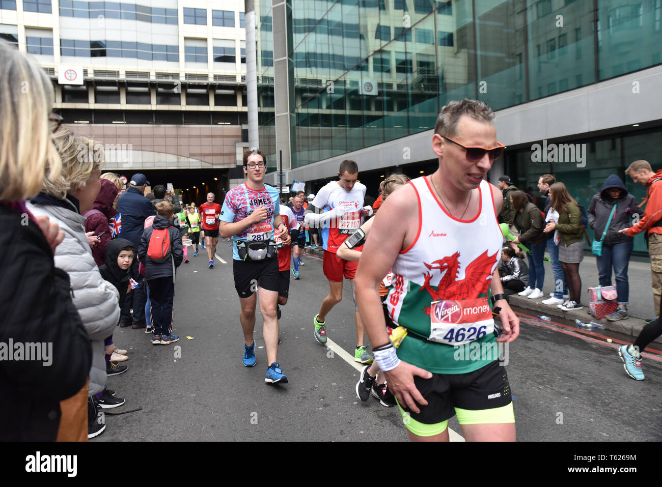 London, UK. 28th April 2019. The annual Virgin Money London Marathon passes from Greenwich to finish on the Mall. Credit: Matthew Chattle/Alamy Live News Stock Photo