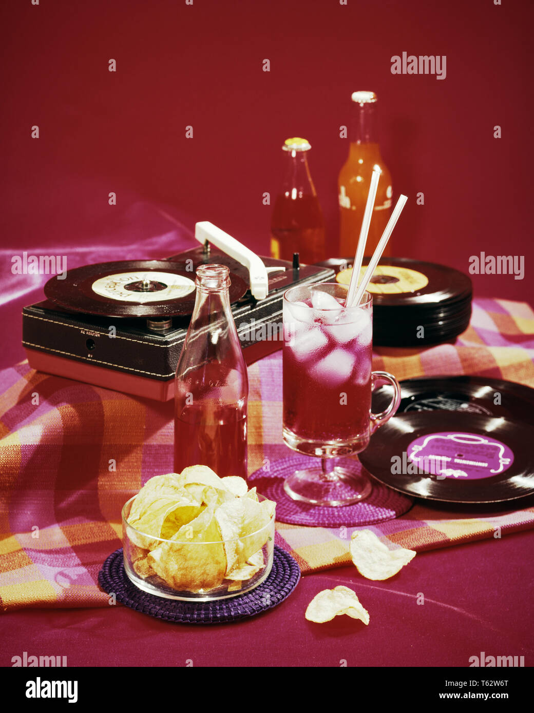 1950s 1960s 45 RPM RECORDS PORTABLE RECORD PLAYER AND PARTY FOOD SOFT DRINK POTATO CHIPS  - kf10212 ENS001 HARS SNACK FOOD PHONOGRAPHS RECORD PLAYERS RECORD PLAYER 45 RPM FAST FOODS PARTIES CHIP STILL LIFE COLD DRINKS ICE CUBE ICE CUBES NOURISHMENT SOFT DRINKS TEENAGED COLD DRINK 45RPM 45S JUNK FOOD PARTY FOOD OLD FASHIONED POTATO CHIP POTATO CHIPS Stock Photo
