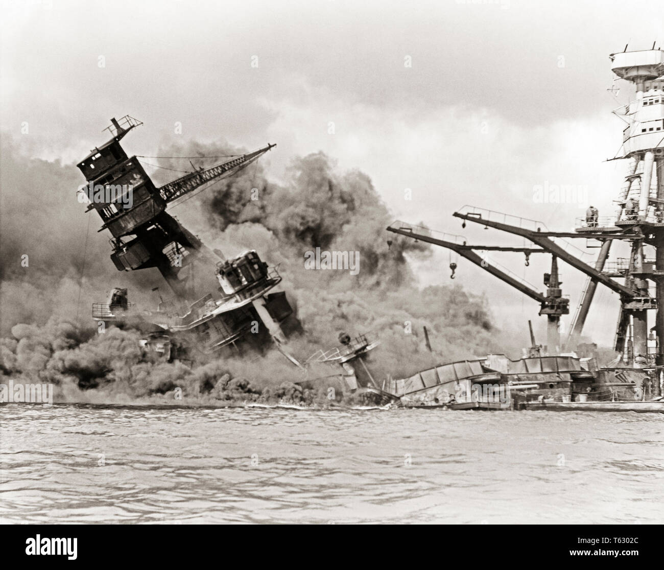 1940s DECEMBER 7 1941 BATTLESHIP USS ARIZONA BURNS & SINKS DARK CLOUD OF SMOKE AFTER ATTACK BY JAPANESE PEARL HARBOR HAWAII USA - q74682 CPC001 HARS AFTER B&W SADNESS SINKING NORTH AMERICA HARBOR NORTH AMERICAN DISASTER ISLANDS NAVAL COURAGE WORLD WARS WORLD WAR WORLD WAR TWO WORLD WAR II DECEMBER HI BATTLESHIP ARIZONA MOBILITY WORLD WAR 2 SOUTHWEST BURNS CONFLICTING SINKS USS 1941 BATTLING BLACK AND WHITE DECEMBER 7 HAWAIIAN ISLANDS INFAMY OLD FASHIONED PACIFIC ISLAND Stock Photo