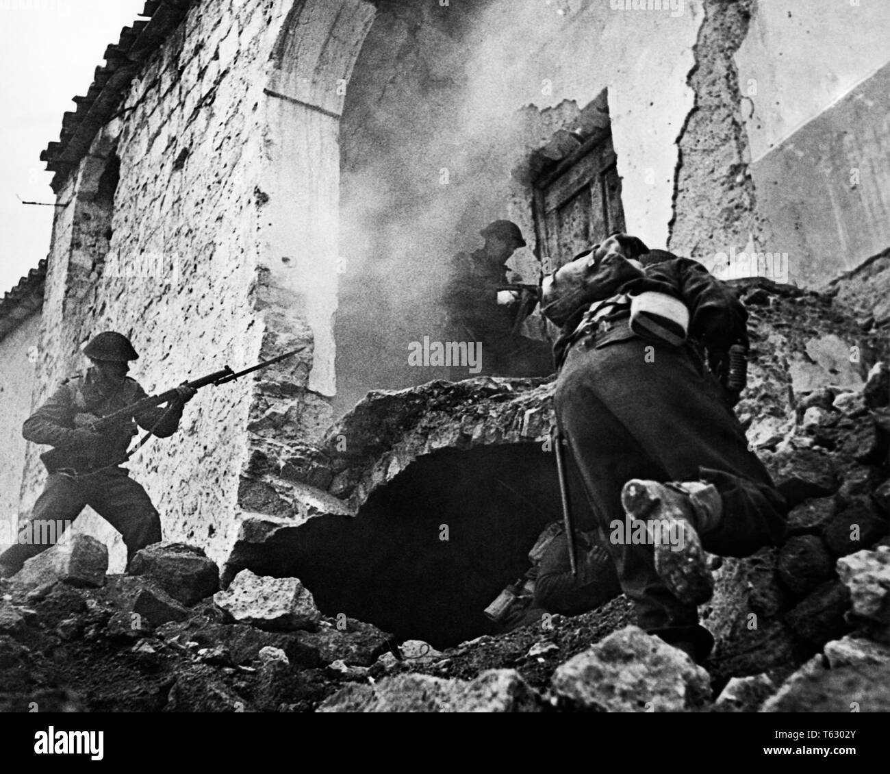 B/&W WWII Photo Enfield Sniper in Action in  Italy  WW2 World War Two