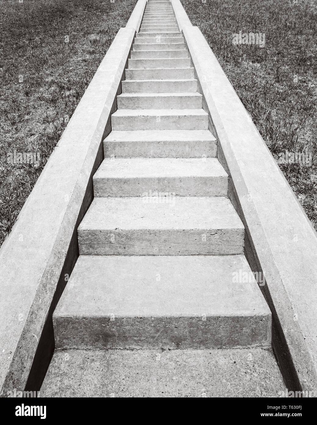 1960s VIEW AT BOTTOM OF SET OF CONCRETE STAIRS  LOOKING UP TO THE TOP - s14723 HAR001 HARS CONCEPT CONNECTION CONCEPTUAL STILL LIFE STEEP SYMBOLIC CONCEPTS GROWTH IDEAS LOOKING UP BLACK AND WHITE CONCRETE HAR001 OLD FASHIONED REPRESENTATION - Stock Image