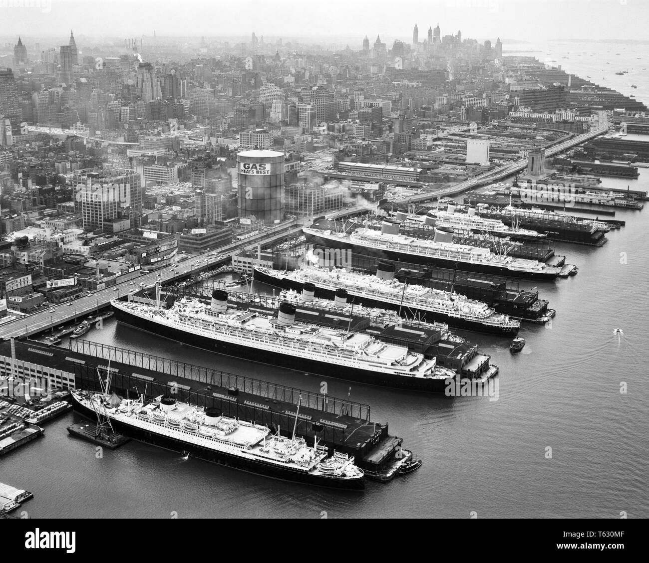 1950s EIGHT PASSENGER SHIPS ALL LUXURY OCEAN LINERS DOCKED ON HUDSON RIVER SIDE OF MANHATTAN ISLAND NEW YORK CITY NY USA - s786 HAR001 HARS OCEAN LINERS EIGHT OCEAN LINER AERIAL VIEW BLACK AND WHITE HAR001 HUDSON RIVER LINERS OCEAN GOING OLD FASHIONED RARE VESSEL - Stock Image