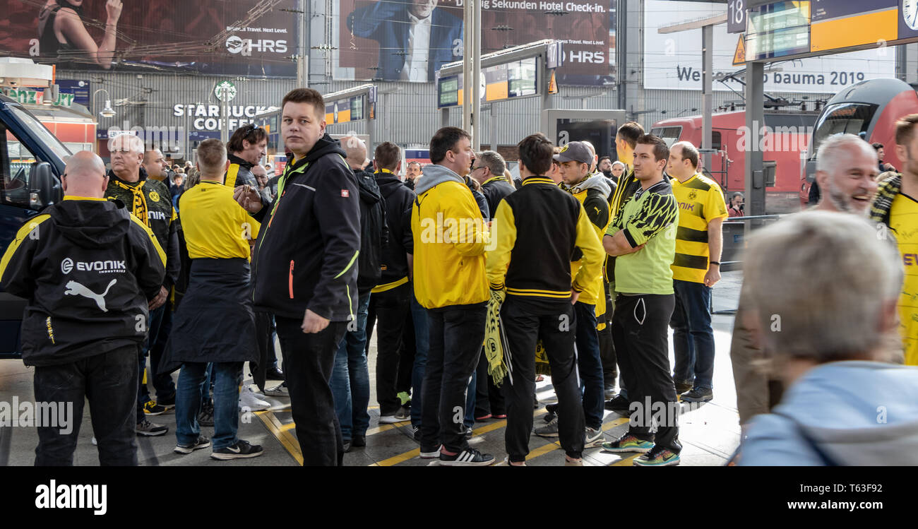 CENTRAL STATIONS, MUNICH, APRIL 6, 2019: bvb fans drinking alcohol at the central station - Stock Image
