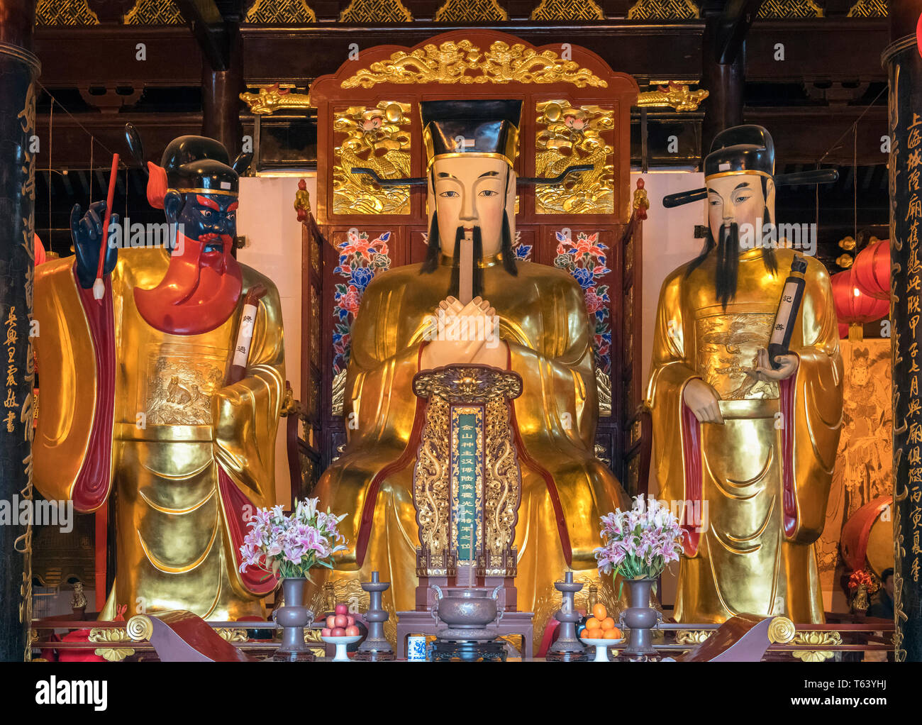 Statues of gods on the altar in the Taoist Temple of the Town Gods (or Temple of the City Gods), Yuyuan Gardens,  Shanghai, China - Stock Image