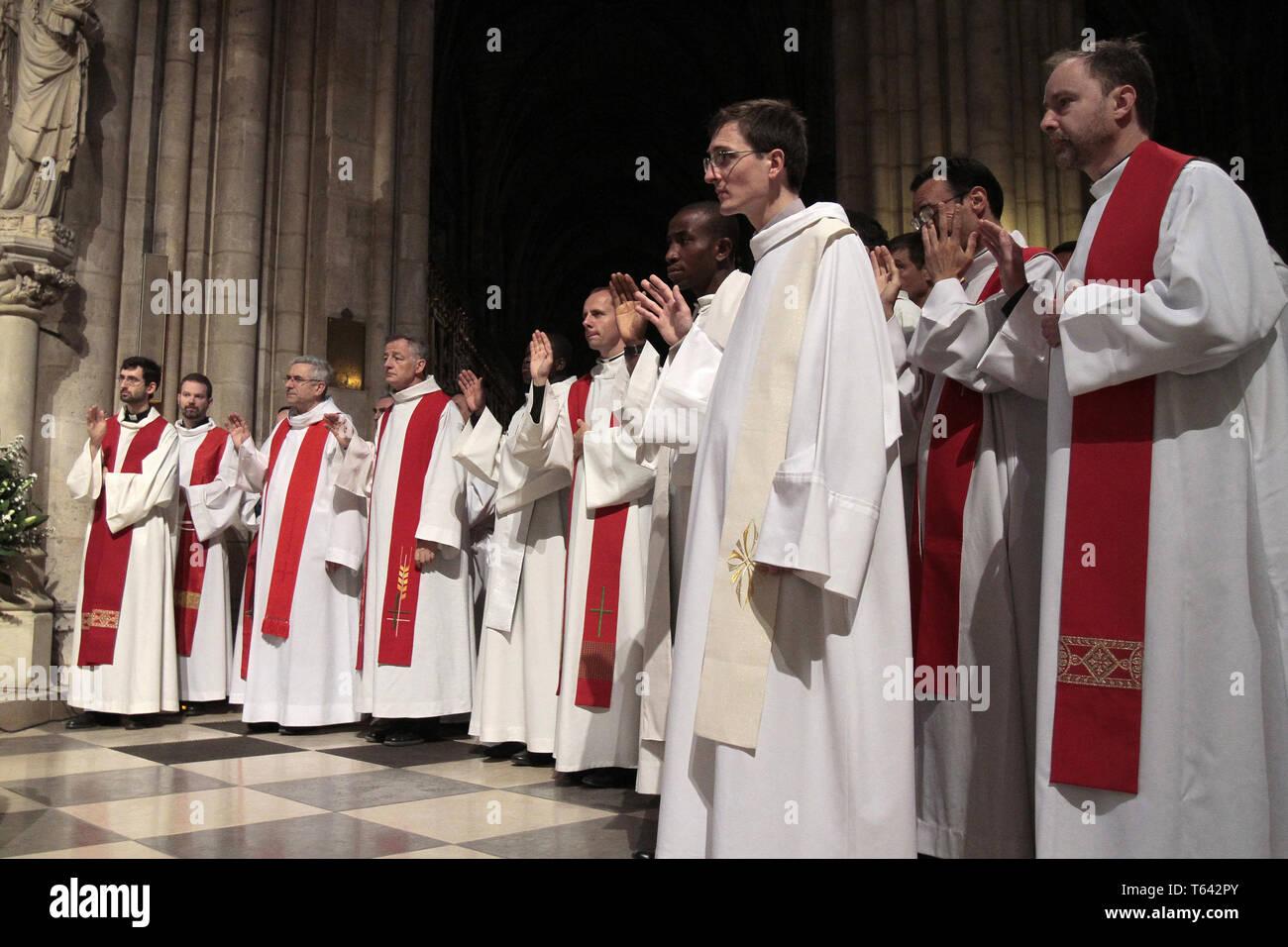 Prêtes. Ordinations sacerdotales. Cathédrale Notre-Dame de Paris. - Stock Image