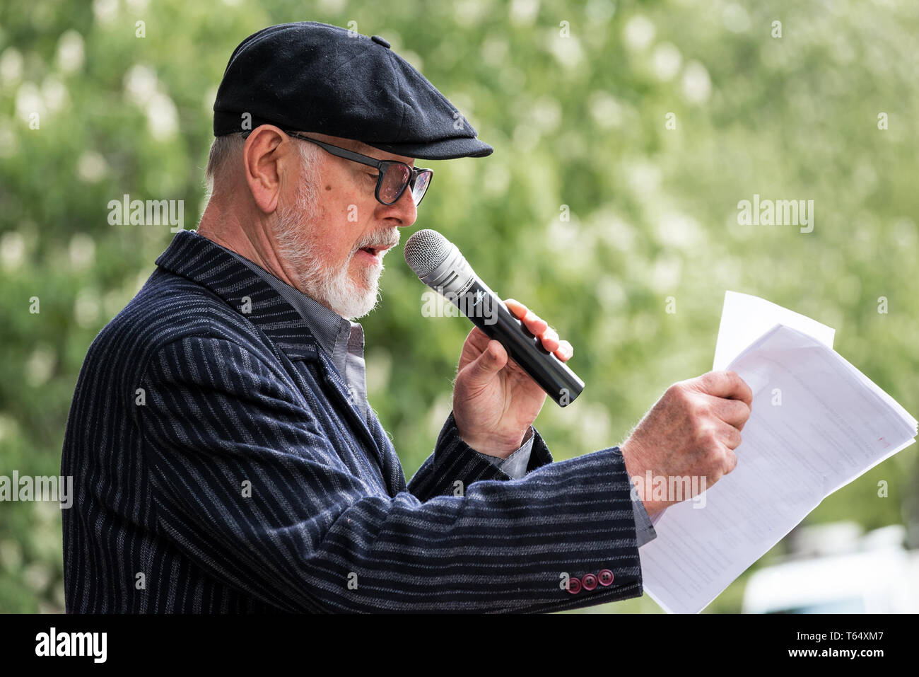 Oxford World Day for Animals in Laboratories. Well known actor and animal rights activist Peter Egan speaking at the rally in Oxford. - Stock Image
