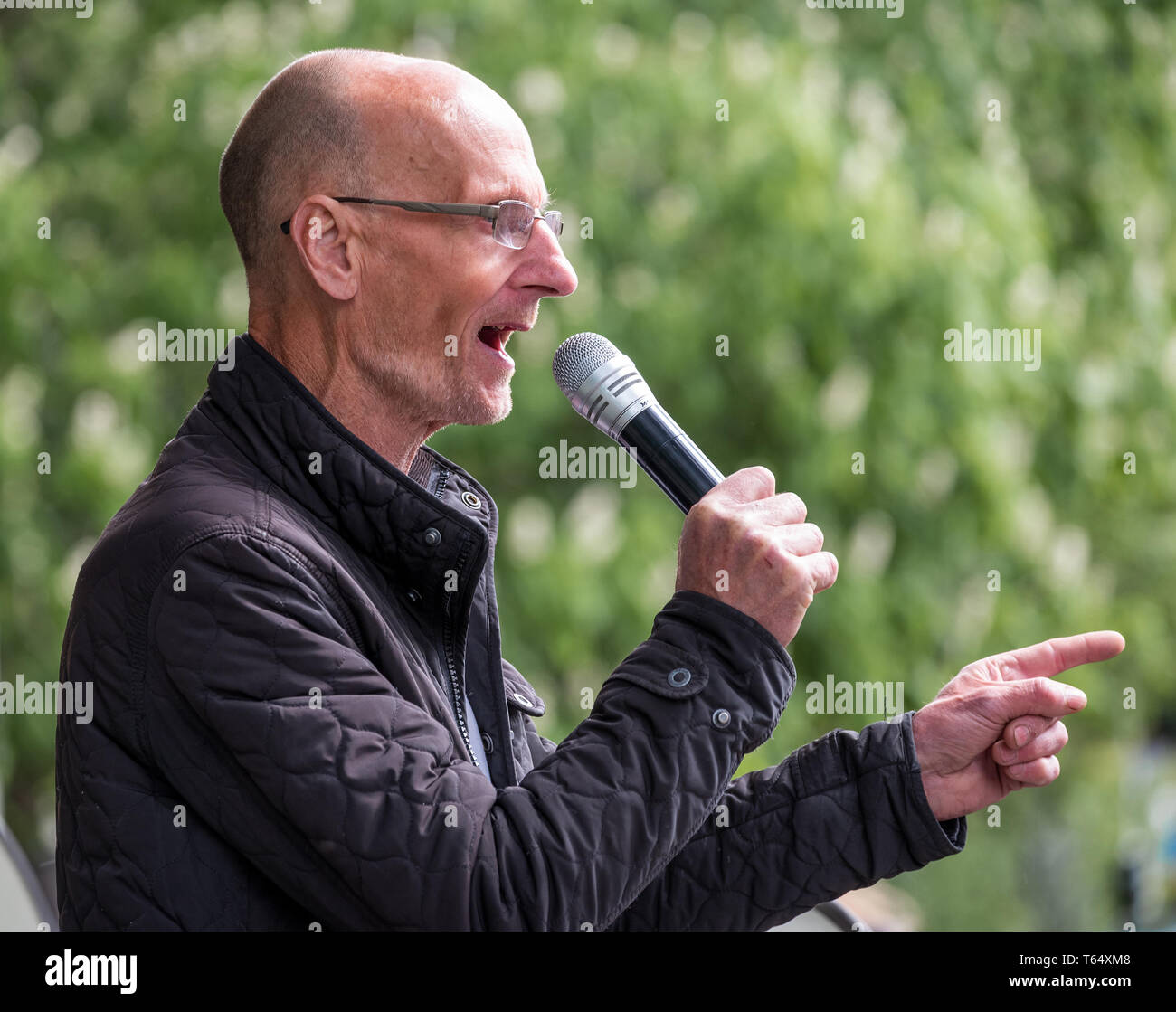 Oxford World Day for Animals in Laboratories. Animal rights activist Mel Broughton speaking at the rally outside the Oxford University biomedical lab. - Stock Image