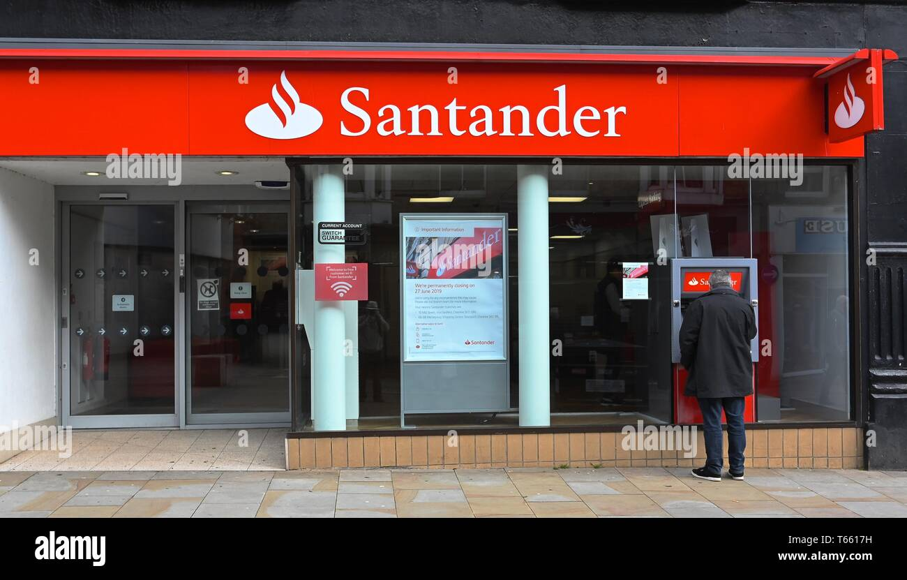 A notice informing customers of the closure of the Santander Bank in Buxton, Derbyshire. - Stock Image