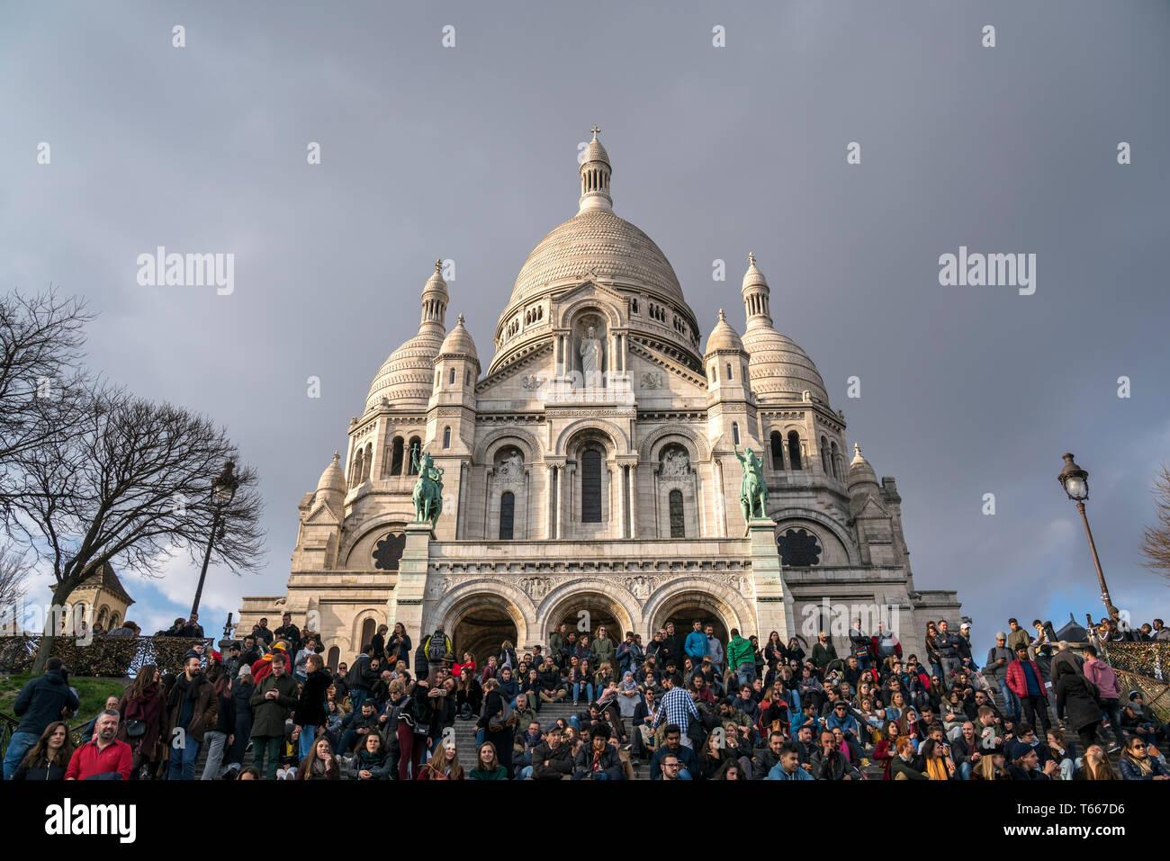 Touristen vor der  Basilika Sacre Coeur, Montmartre, Paris, Frankreich    tourists at Sacre Coeur Basilica , Montmartre , Paris, France - Stock Image