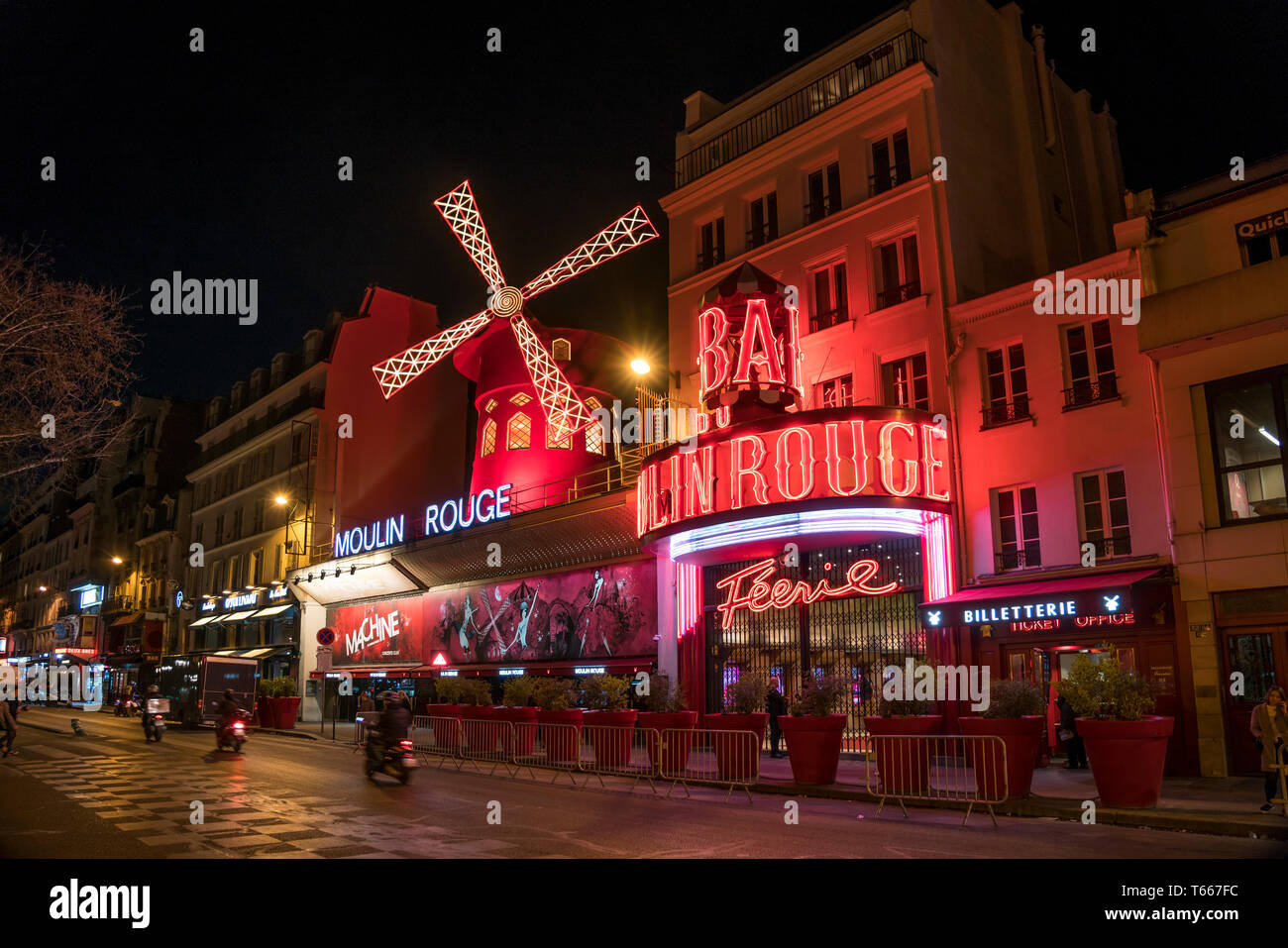 Das beleuchtete Variete Theater Moulin Rouge im Stadtviertel Montmartre Paris, Frankreich  |  iluminated  cabaret theatre Moulin Rouge in Montmartre   - Stock Image