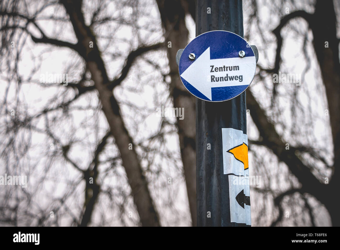 center roundabout in german on a small blue sign in a park Stock Photo