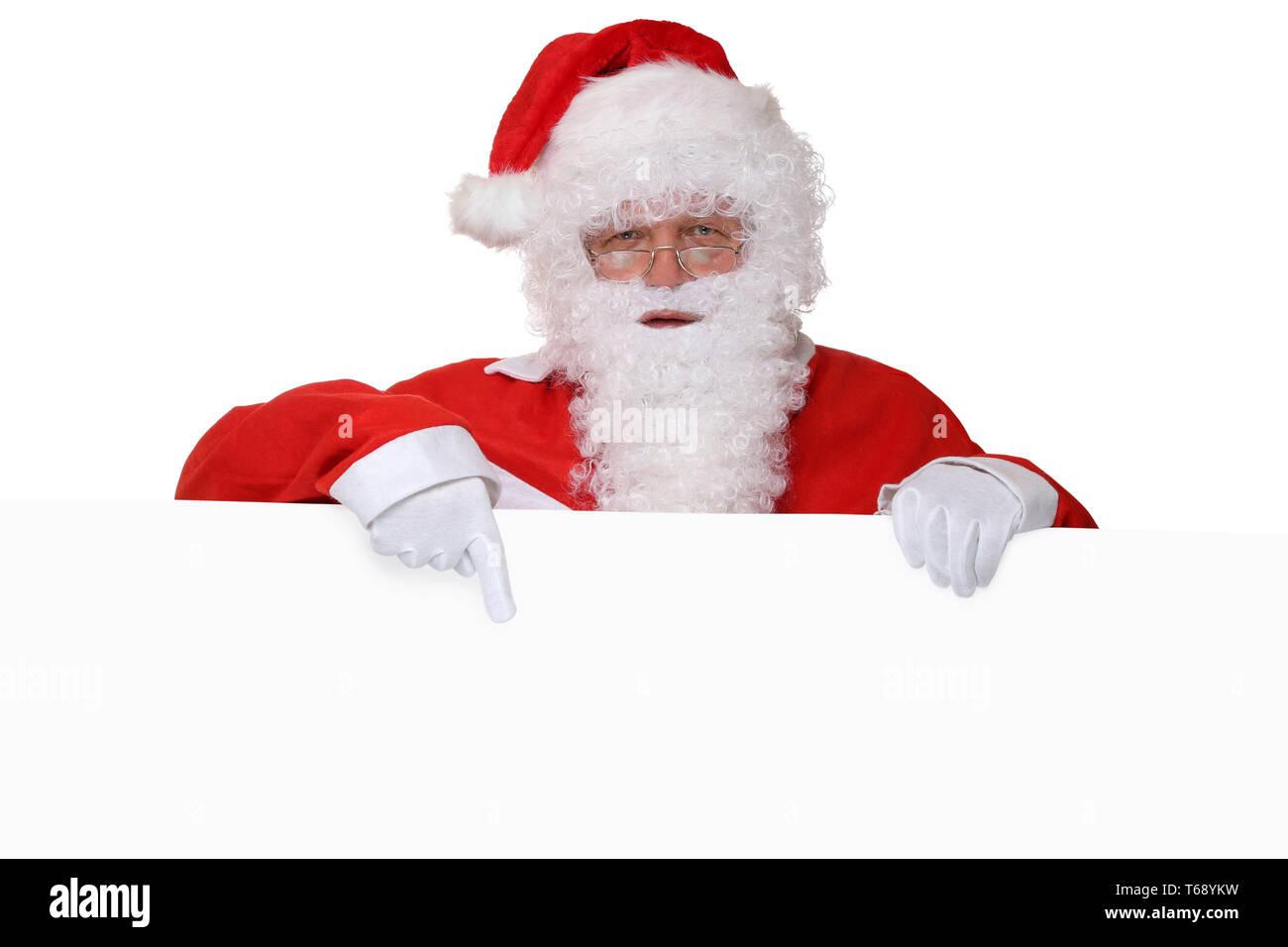 Weihnachtsmann Nikolaus mit Bart zeigt an Weihnachten auf Schild mit Textfreiraum - Stock Image