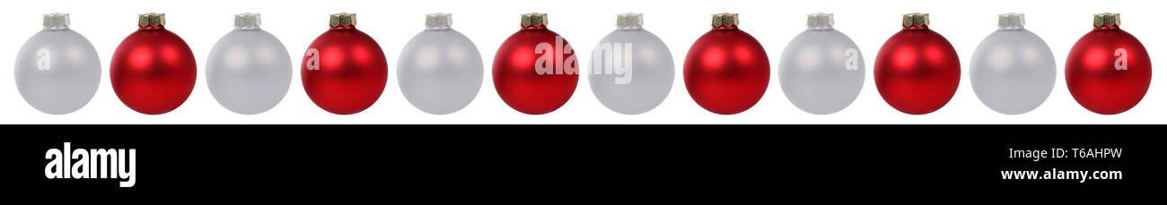 Weihnachtskugeln Weihnachten rot silber in einer Reihe Freisteller freigestellt isoliert - Stock Image