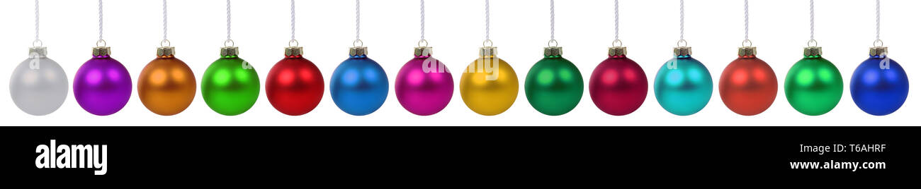 Weihnachtskugeln Weihnachten viele bunte Dekoration in einer Reihe Freisteller freigestellt isoliert - Stock Image