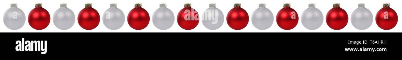 Weihnachtskugeln Weihnachten Dekoration rot silber in einer Reihe Freisteller freigestellt isoliert - Stock Image