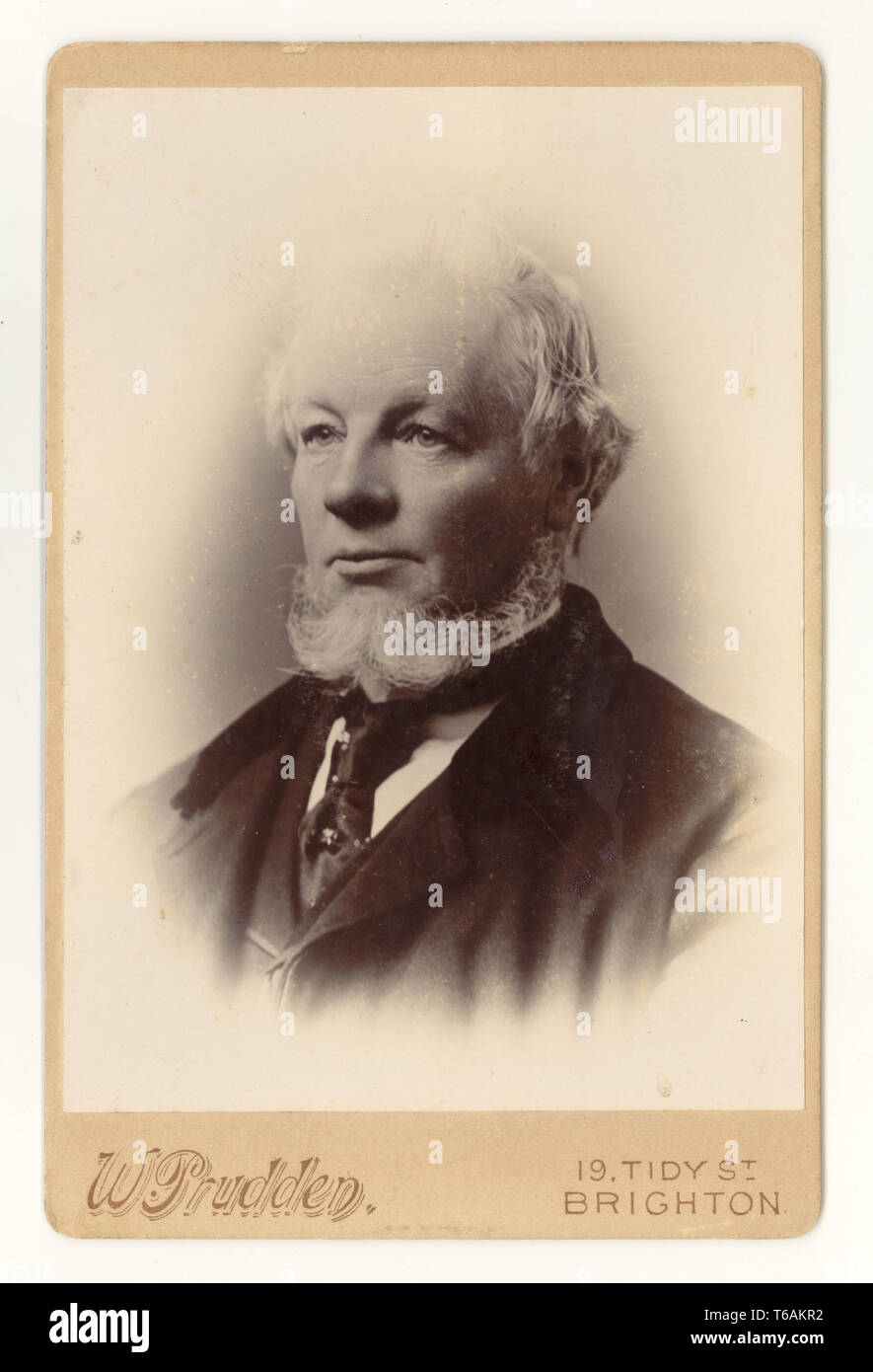 Late Victorian Cabinet Card of man with beard, by W. Prudden, 19 Tidy St., Brighton, U.K. circa 1899, 1900.jpg - T6AKR2 Uploaded on : 30 Apr 2019 Stock Photo