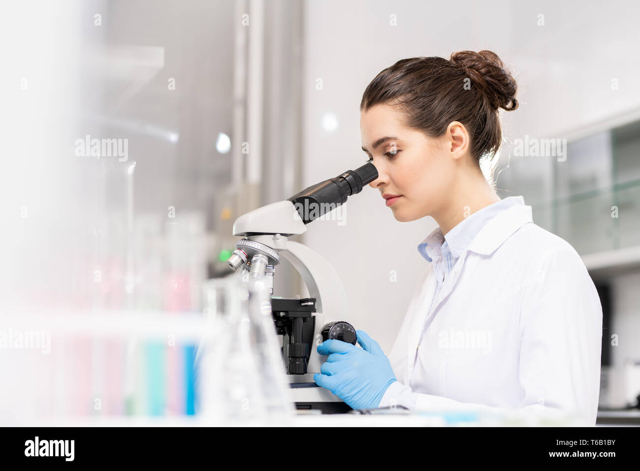 Forensic science technician analyzing evidence - Stock Image