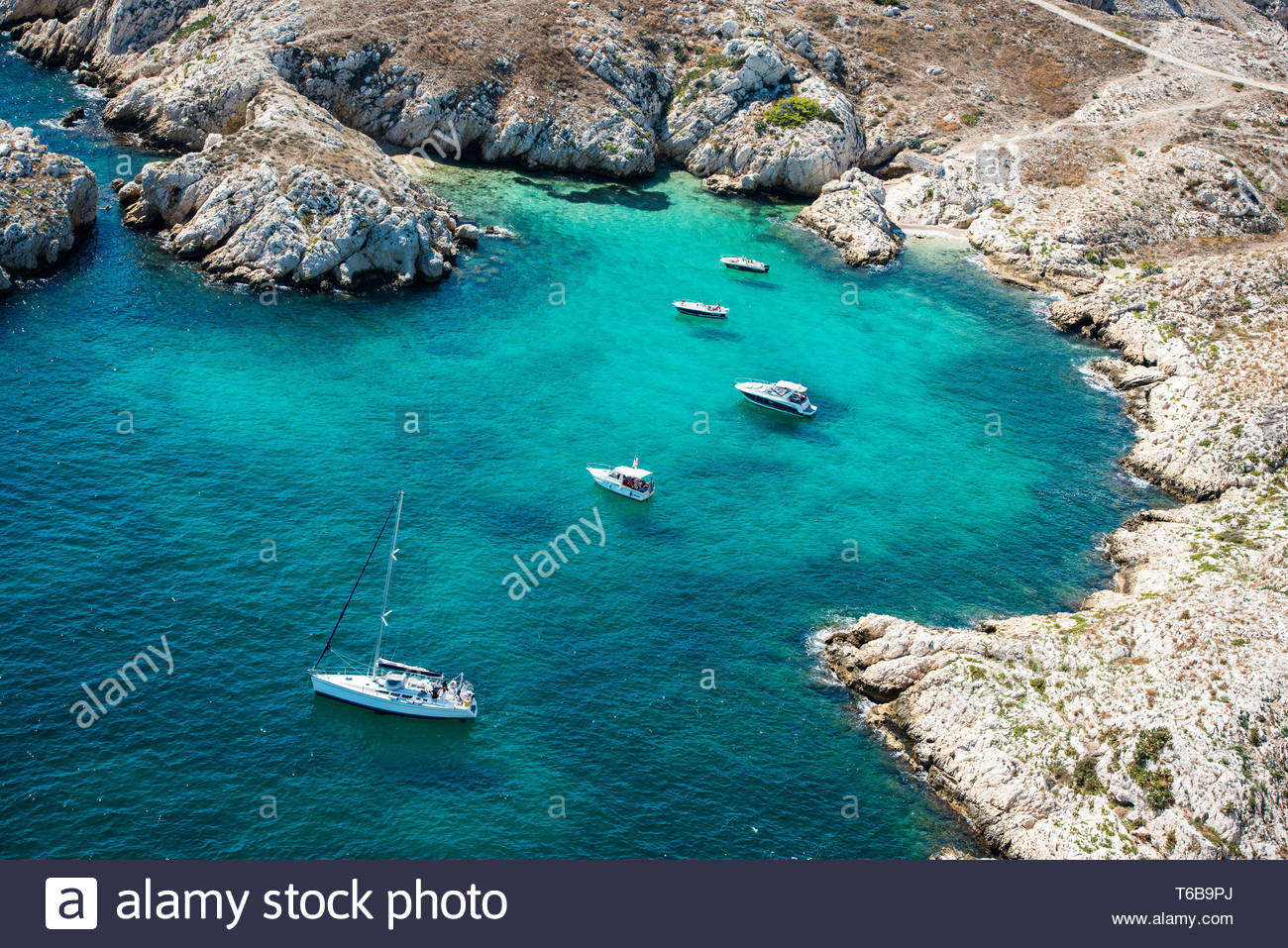 Marseille (south-eastern France): aerial view of amateur sailors in a cove of the Frioul archipelago, in the natural harbour of Marseille - Stock Image