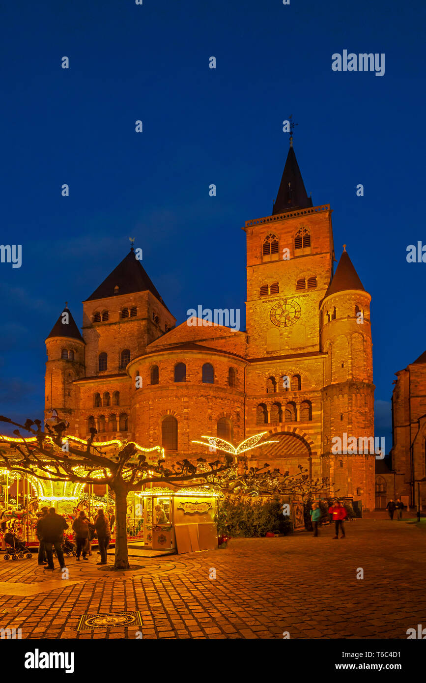 Christmas market at Domfreihof with St. Peters Cathedral, Treves, Rhineland-Palatinate, Germany - Stock Image