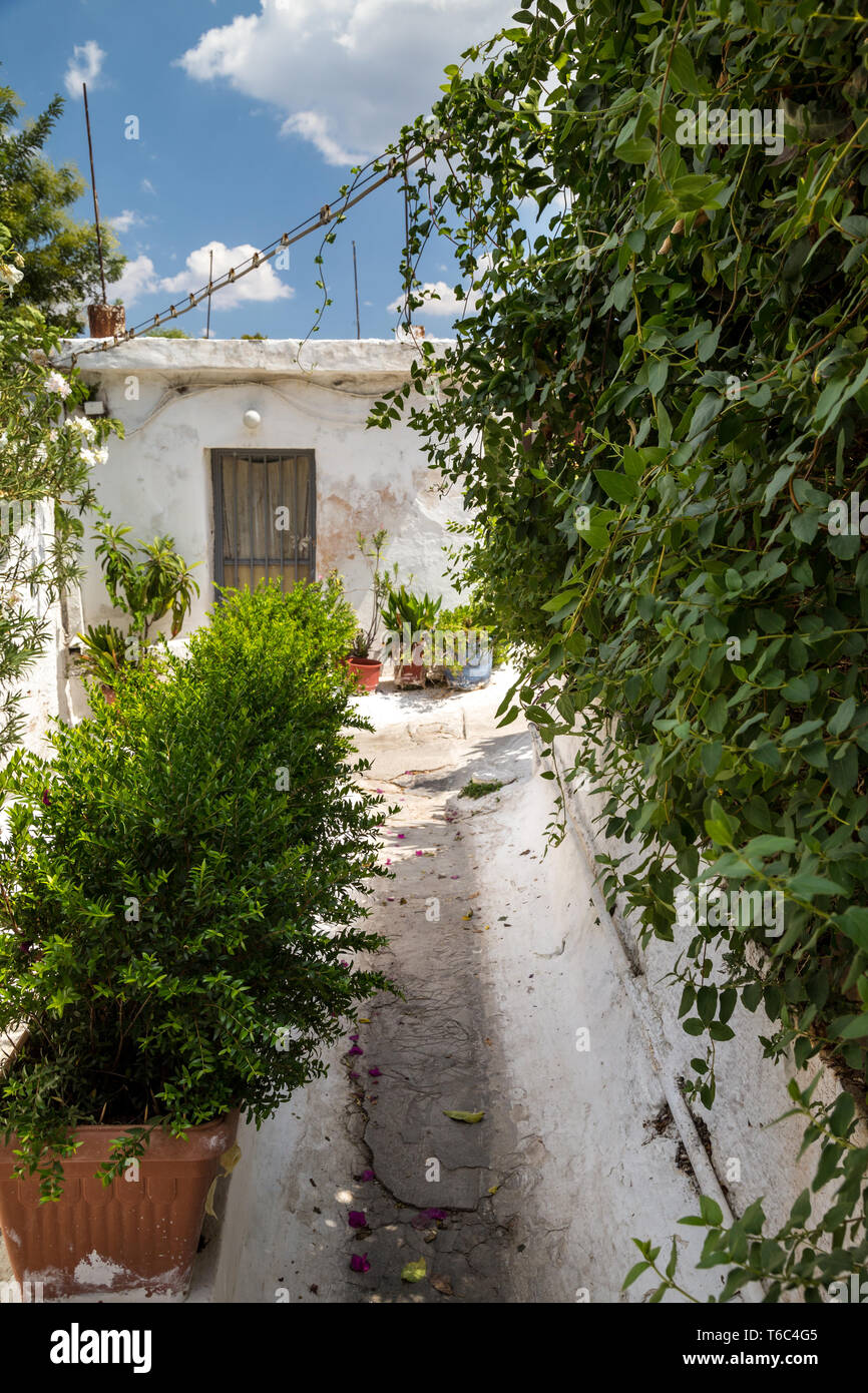 Narrow streets in the centre of Athens - Stock Image