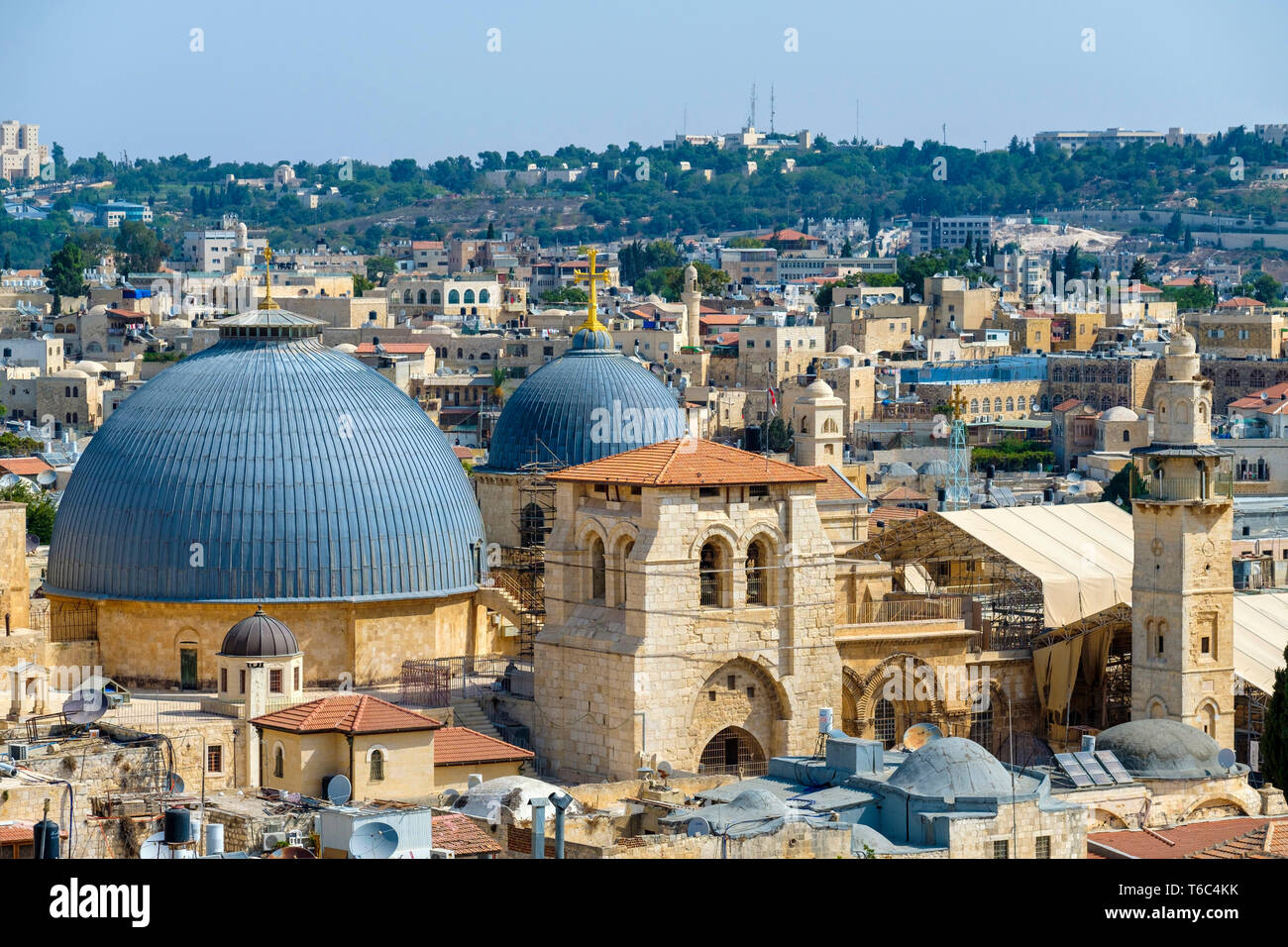 Israel, Jerusalem District, Jerusalem. High-angle view of the Church of the Holy Sepulchre and buildings in the Old City. - Stock Image